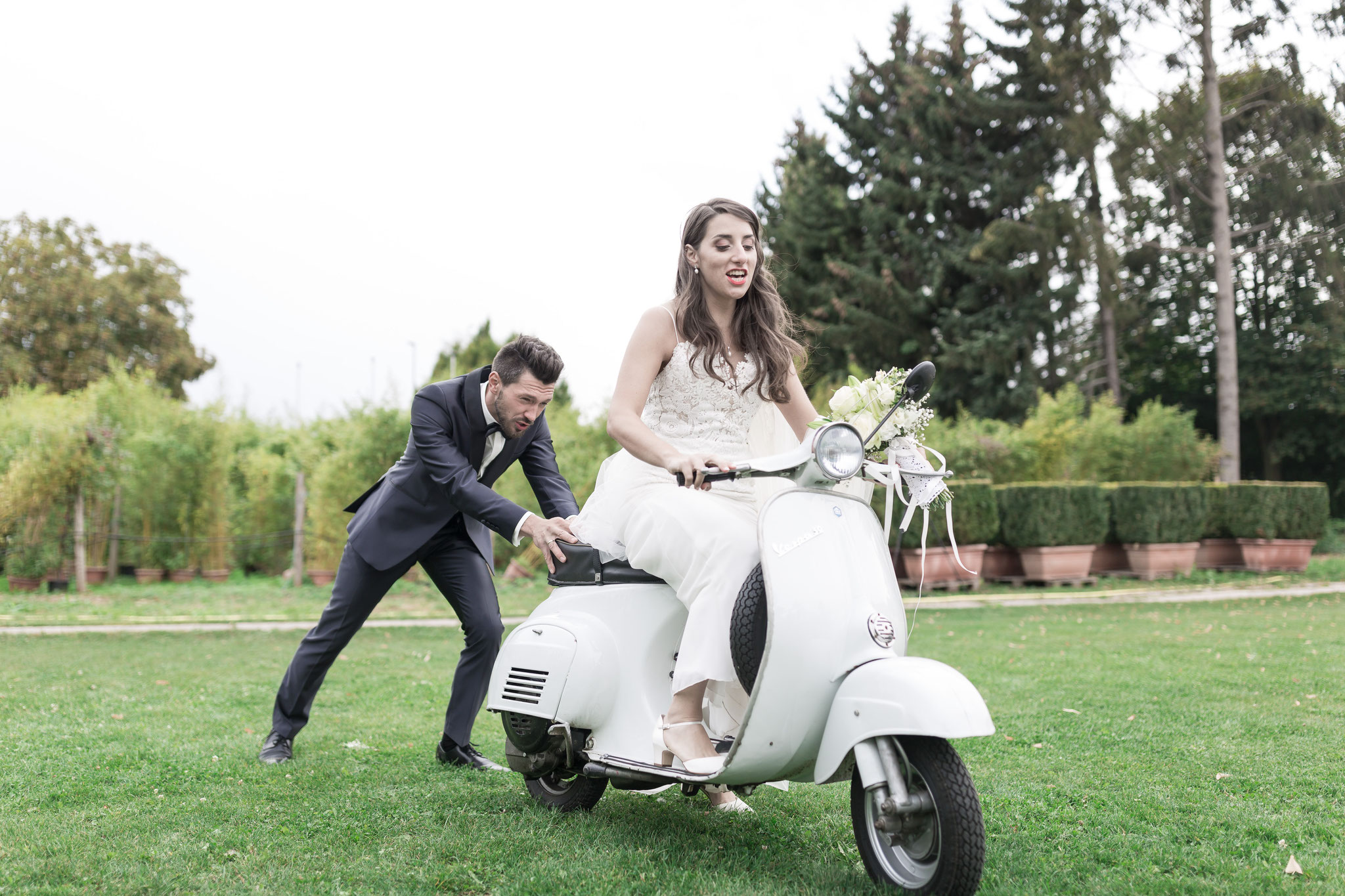 Nachgestellte Szenen mit dem Brautpaar auf einem Retro Roller