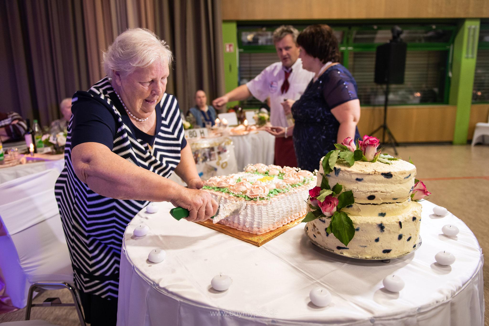 Das Anschneiden der Torte vom Geburtstagskind