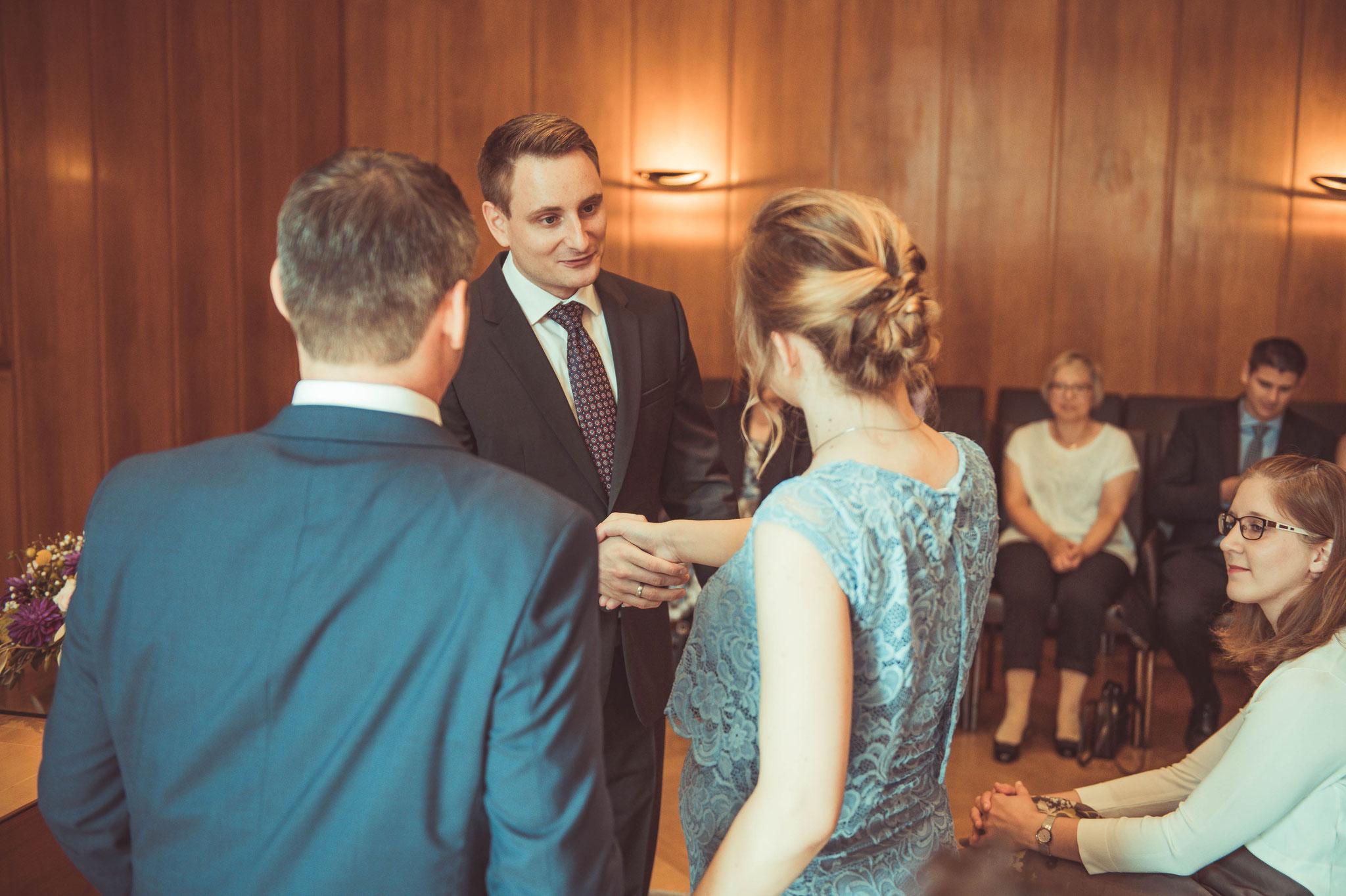 Standesbeamter gratuliert das Brautpaar im Standesamt Frankfurt auf dem Römer