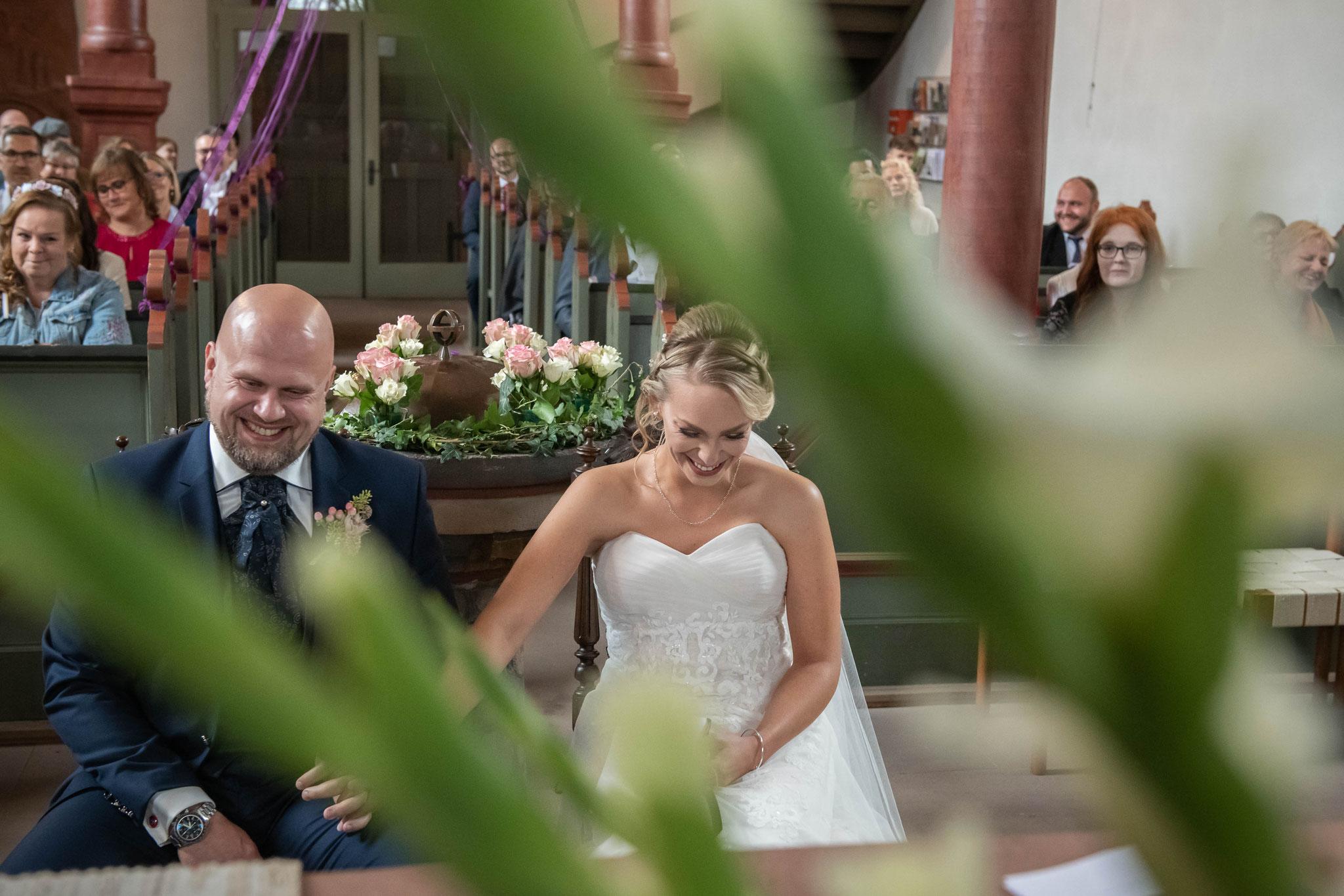 Das Brautpaar lacht über die lustigen Geschichten aus ihrem Leben