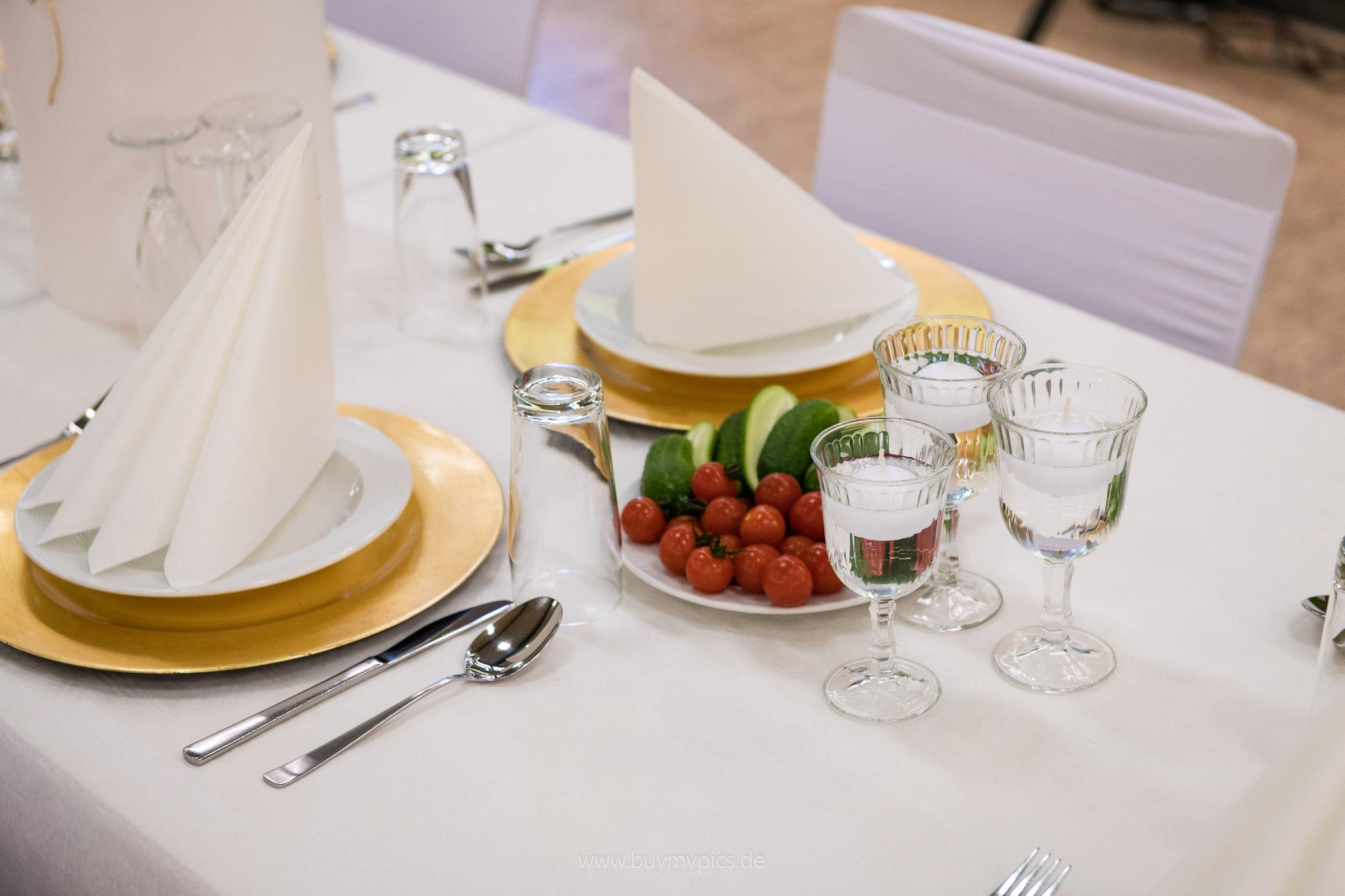Gedeckte Tische vor der Feier