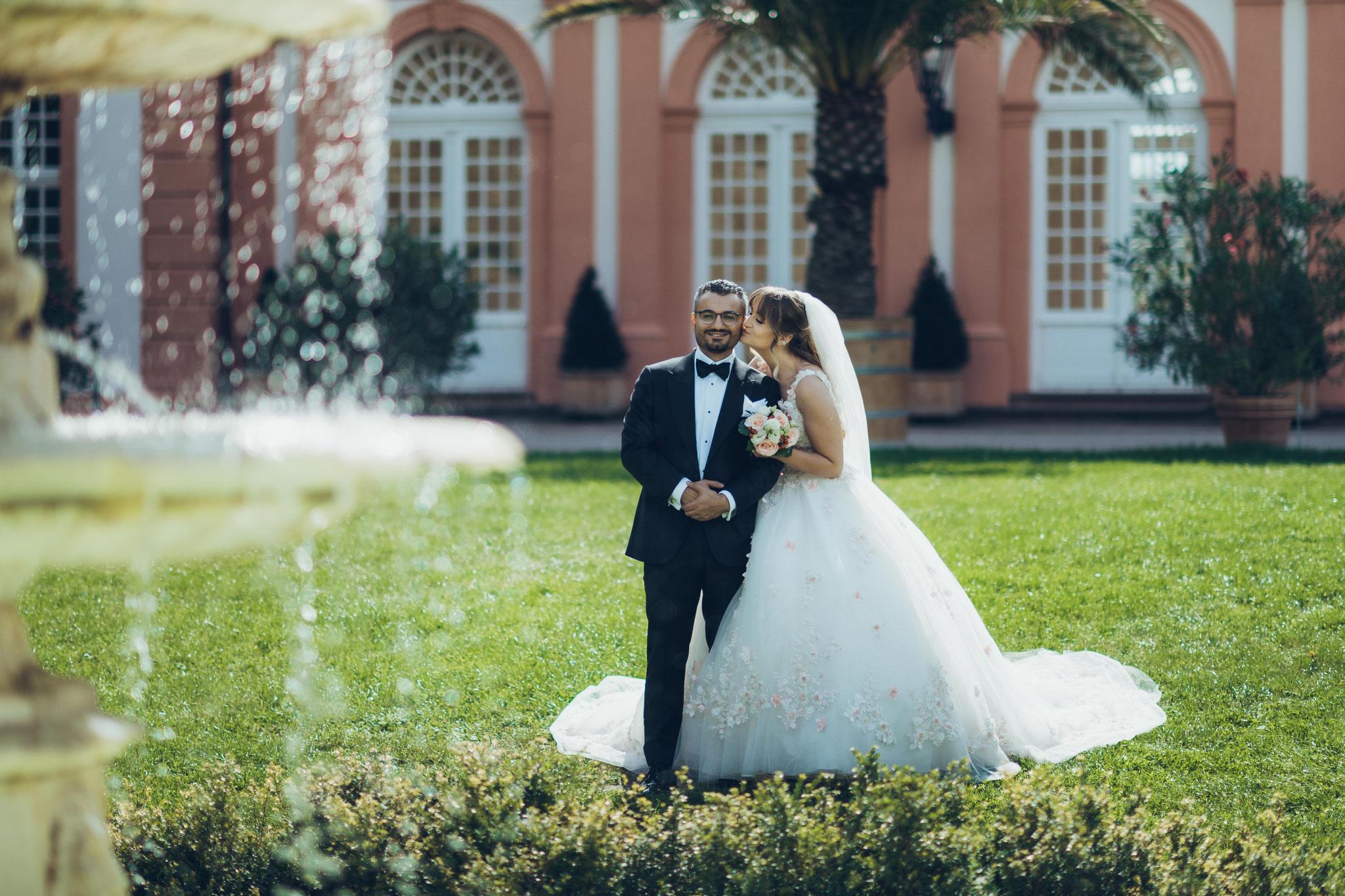 Brautpaar Aufnahmen in Verbindung mit dem Brunnen und Wasser