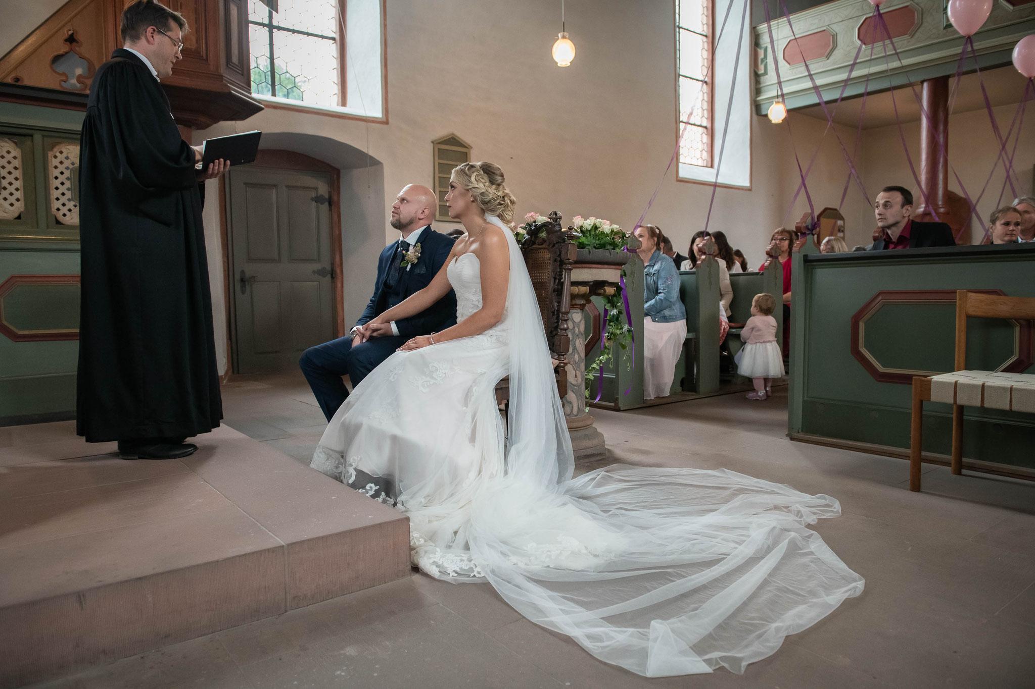 Brautpaar während der Trauung in der evangelischen Kirche