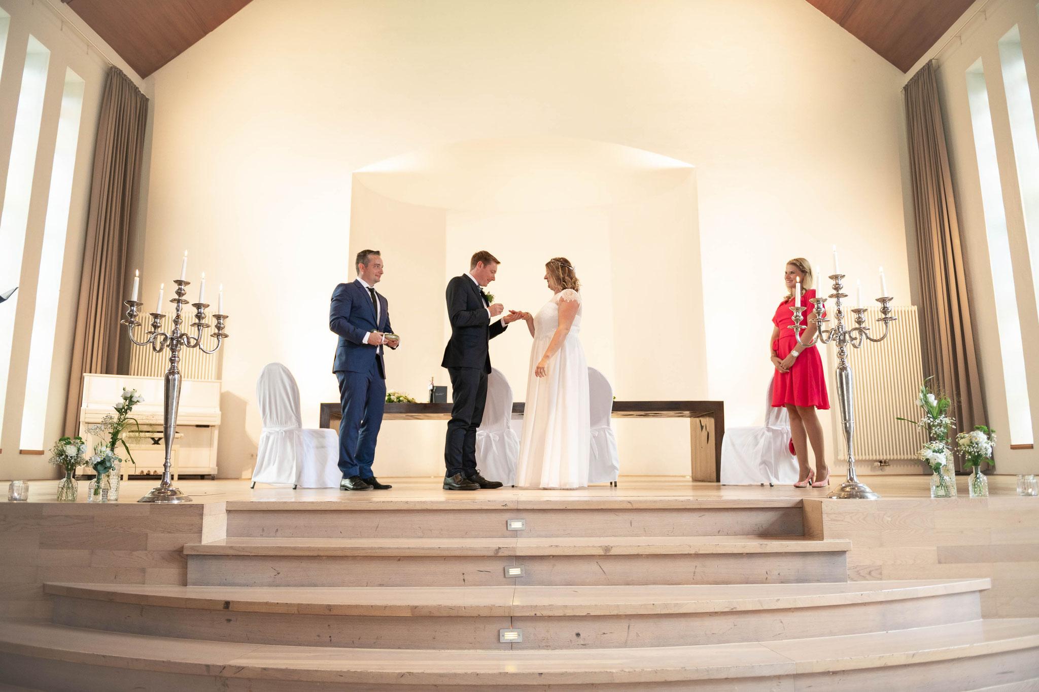 Im Auftrag der Liebe - Der Bräutigam zieht seine Braut den Ring über den Finger