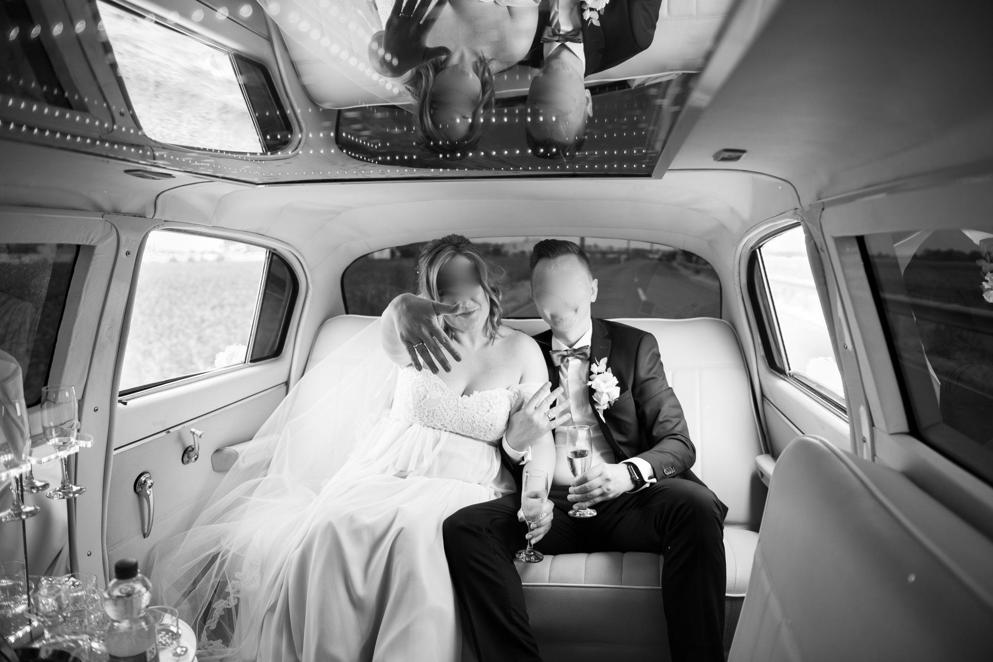Brautpaar in der einzigartigen Limousine Volga GAZ 21