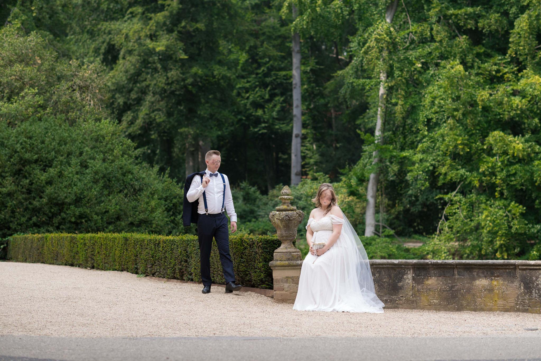Fotoshooting mit der Braut und dem Bräutigam im Schlosspark Dyck in Neuss