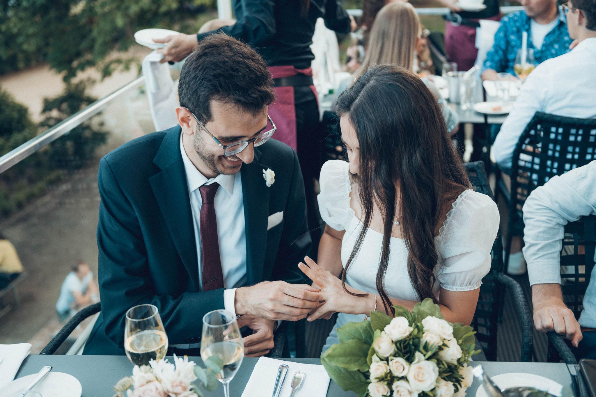 Hochzeitspaar betrachten Ihre Ringe