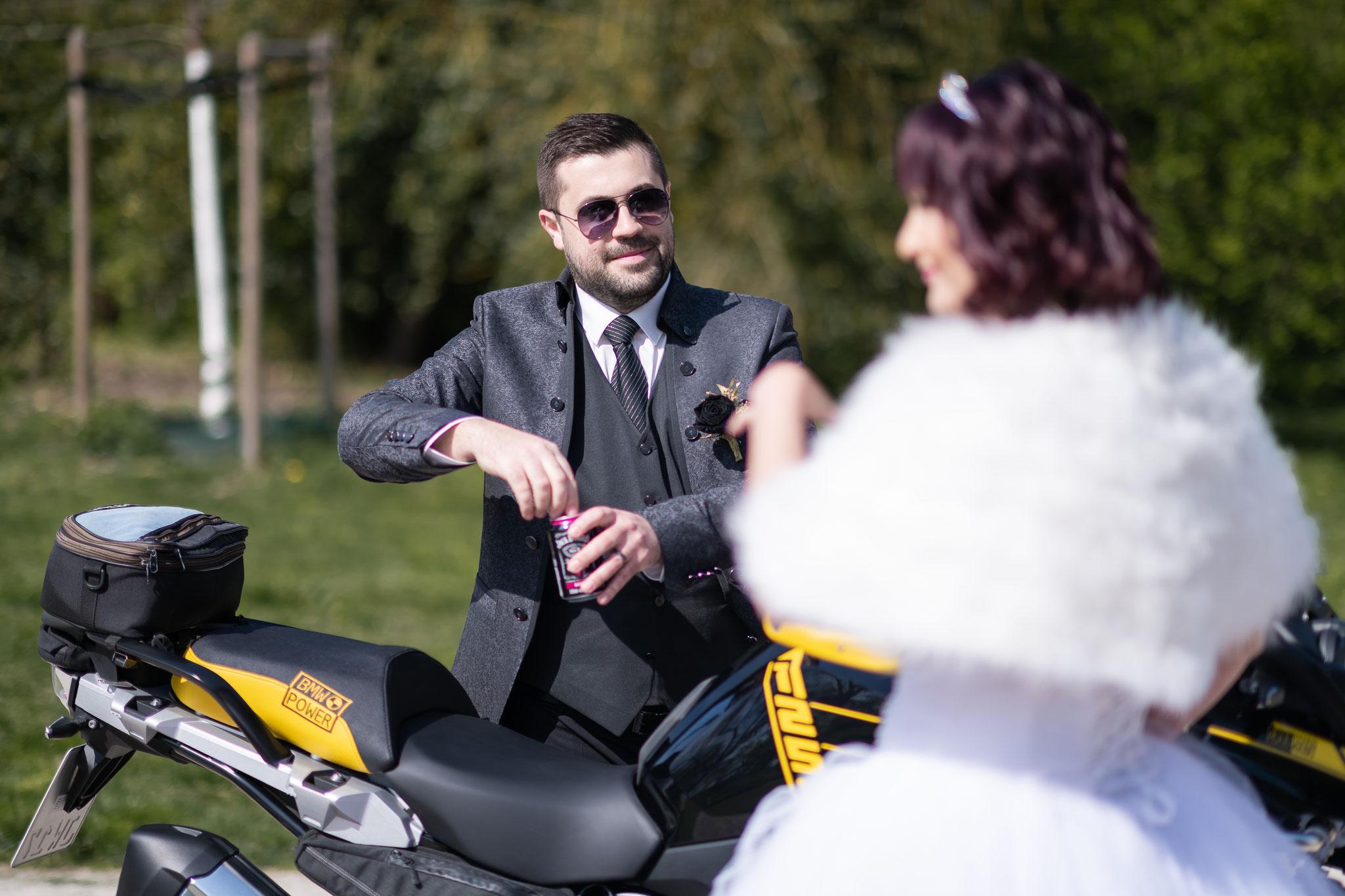 Ein paar Ideen von der Braut - Fotos mit Jack Daniels und einem Motorrad