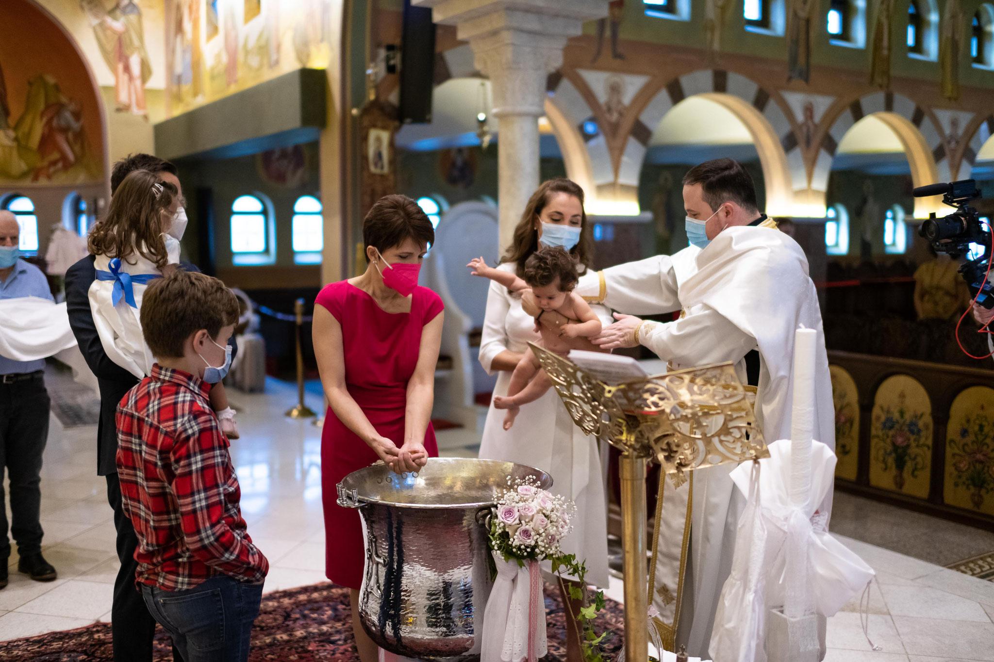 Perfekte Filmaufnahmen in der Kirche während der Taufe vom professionellen Kamerateam in Frankfurt