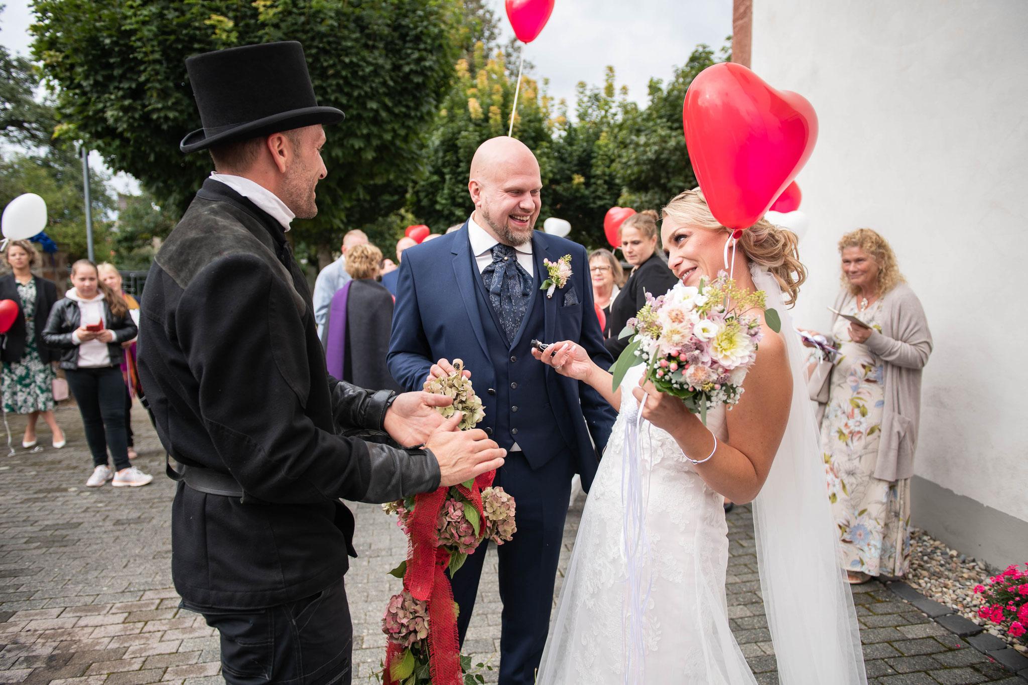 Brautpaar mit dem Schornsteinfeger