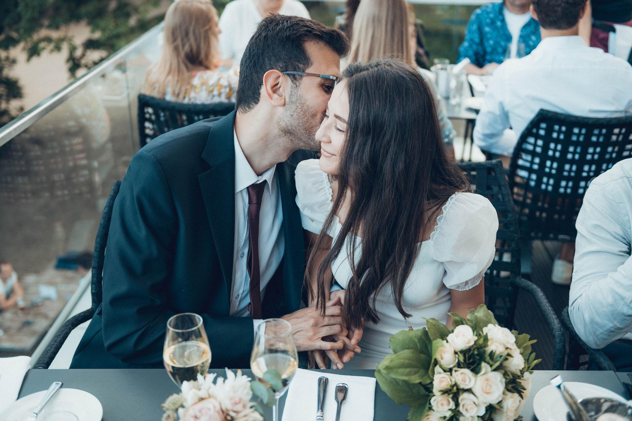 Verheiratet und nicht mehr verlobt - das Brautpaar küsst sich