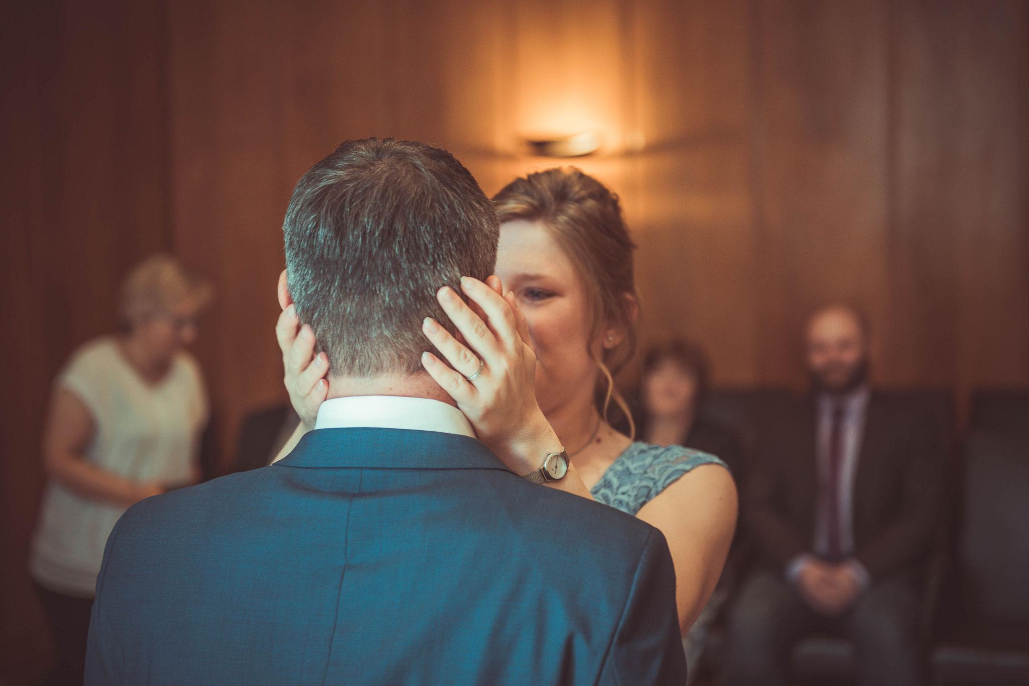 Die Braut schaut liebevoll und romantisch ihren Mann an