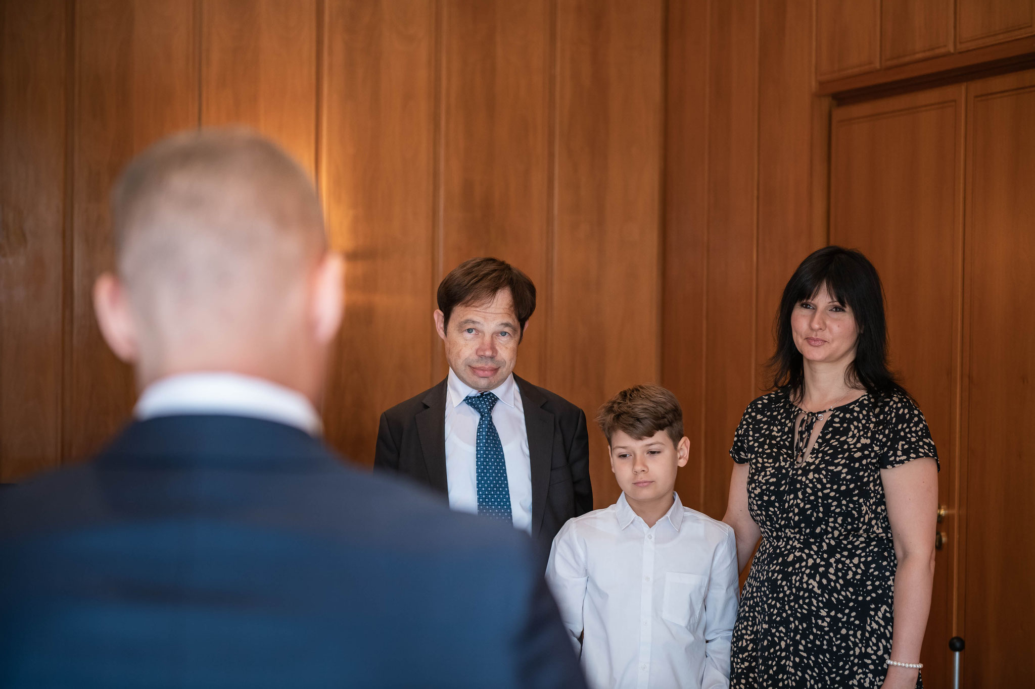 Bräutigam hält eine rührende Rede vor den Eltern der Braut
