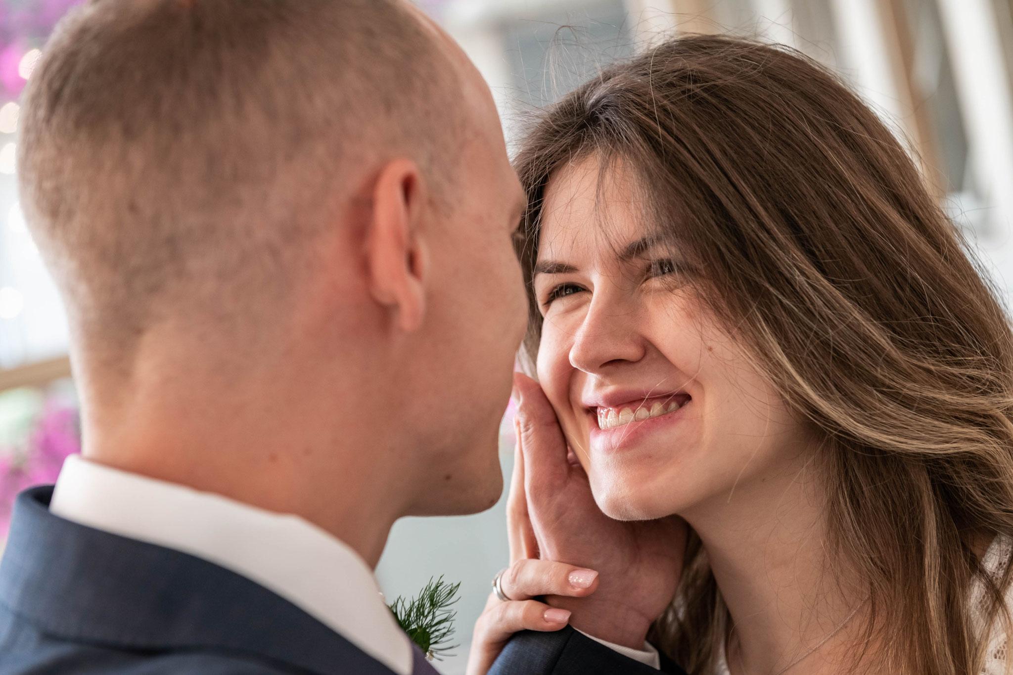 Authentische Aufnahmen des Brautpaares beim Küssen