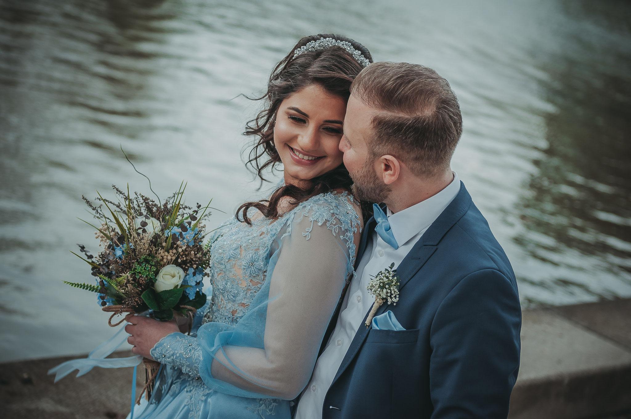Türkisches Paar am Tag ihrer Verlobung im Palmengarten