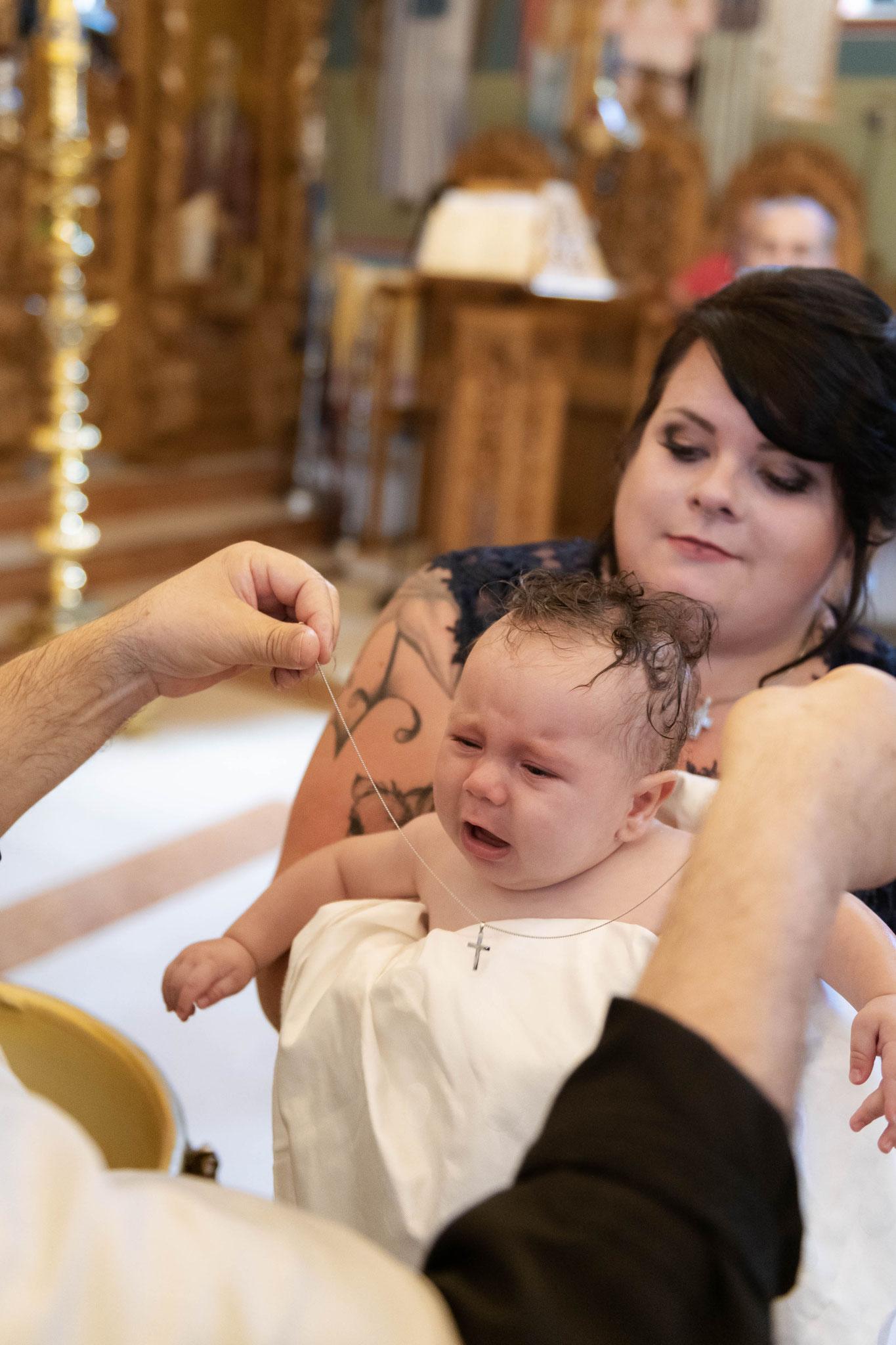 Nach der orthodoxen Taufe wird dem Kind das Kreuz um den Hals gehängt