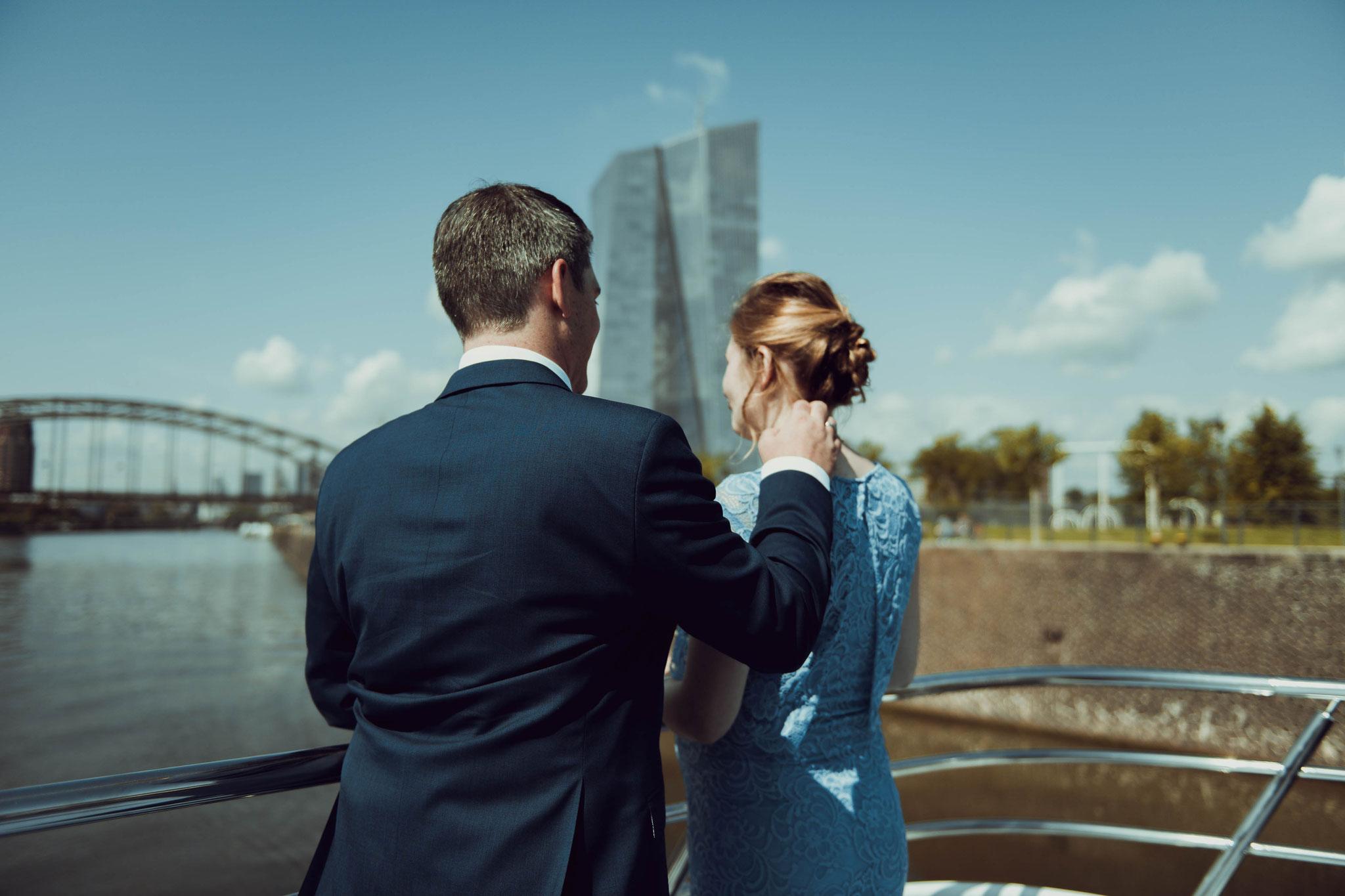 Bräutigam macht vorsichtig auf sich aufmerksam bei der Braut