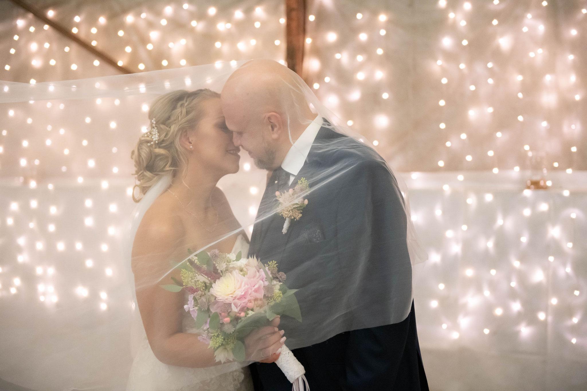 Brautpaar Küsse unter dem Schleier