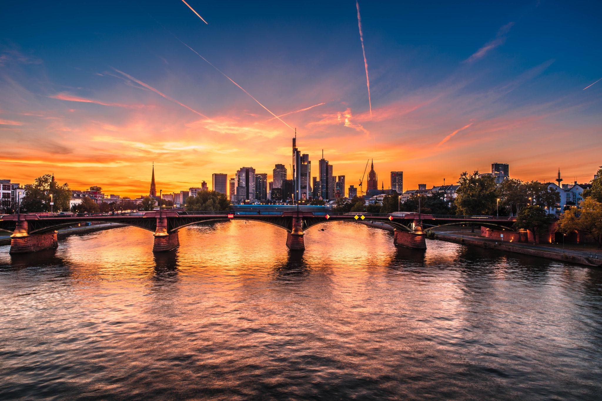 Blick auf die Skyline oder Mainhatten von Frankfurt am Main und die Ignatz-Bubis-Brücke