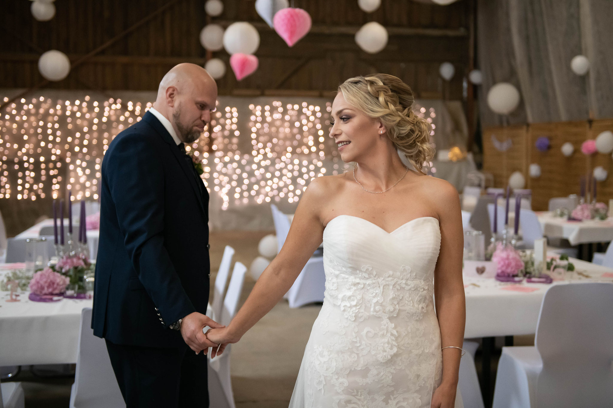 Bräutigam bewundert seine zukünftige Frau