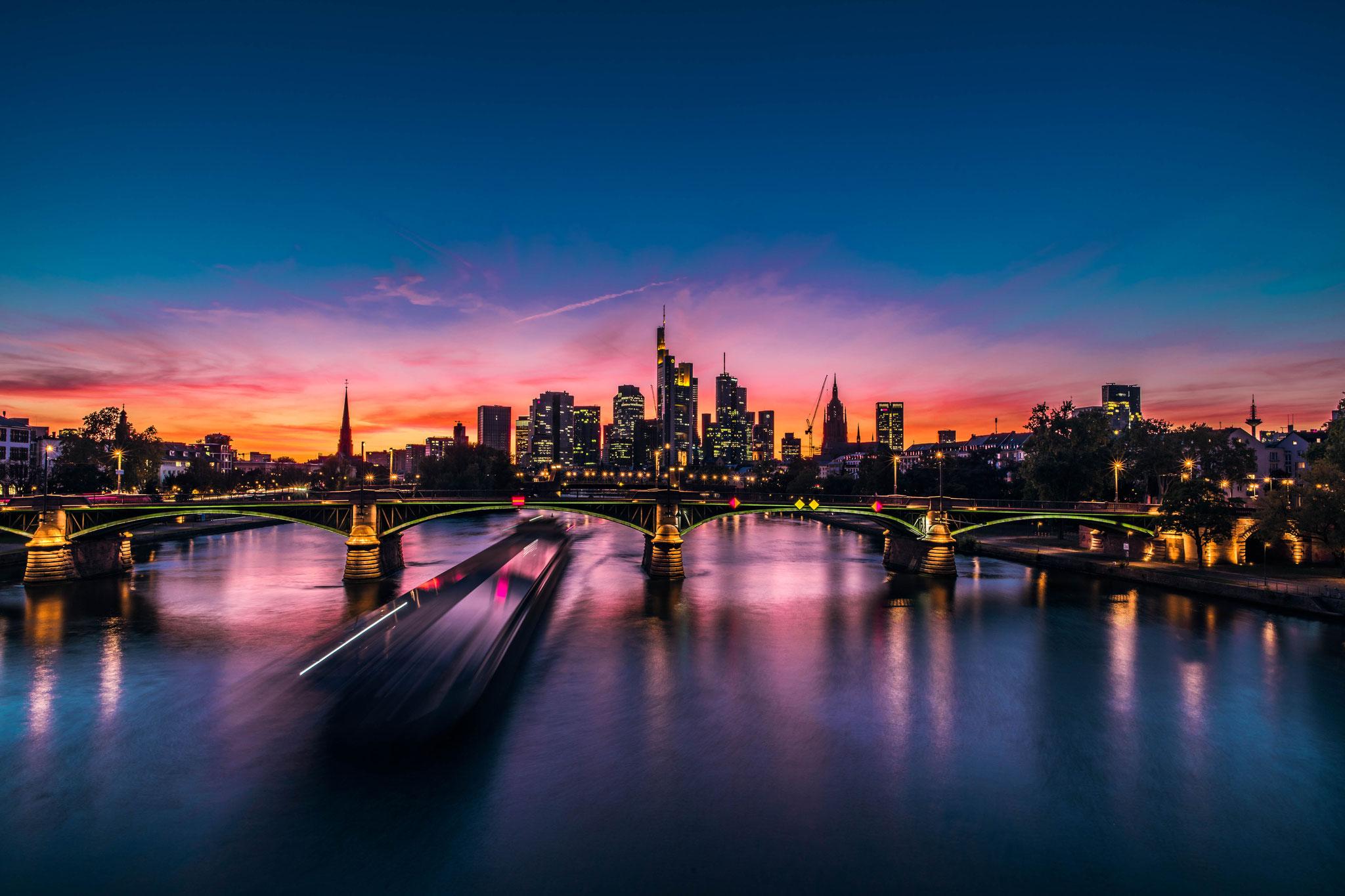 Schiffsverkehr in Frankfurt am Main bei Nacht Abenddämmerung nach dem Sonnenuntergang