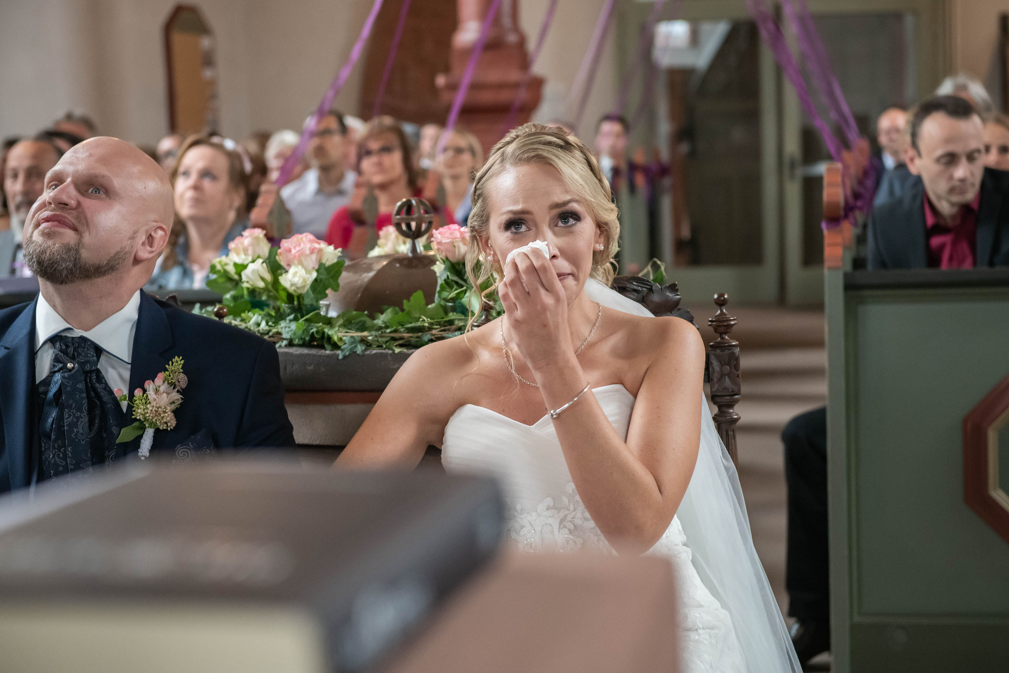 Die Braut kann die Emotionen nicht verbergen