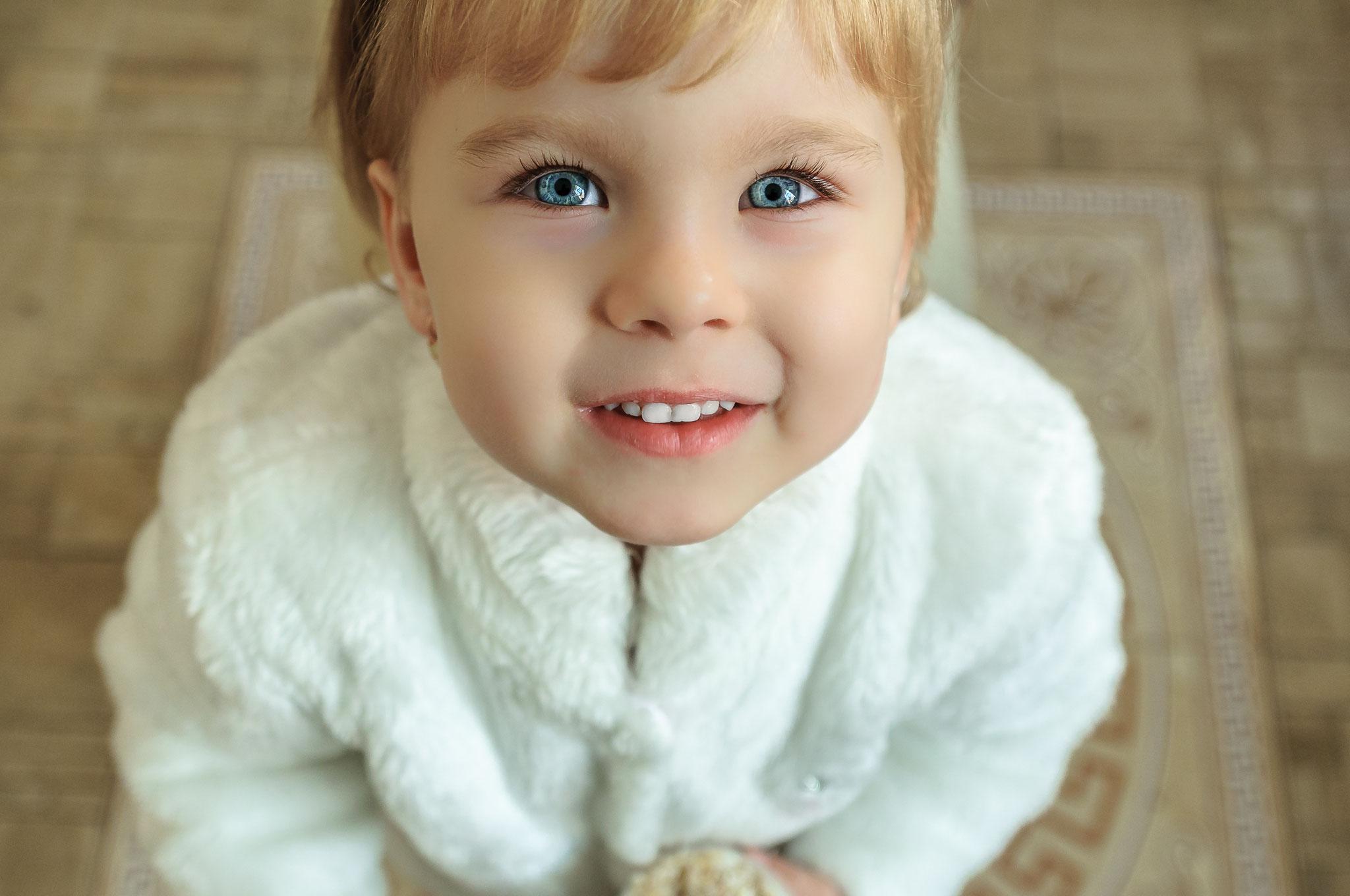 Kinderportrait eines neugierigen Mädchens