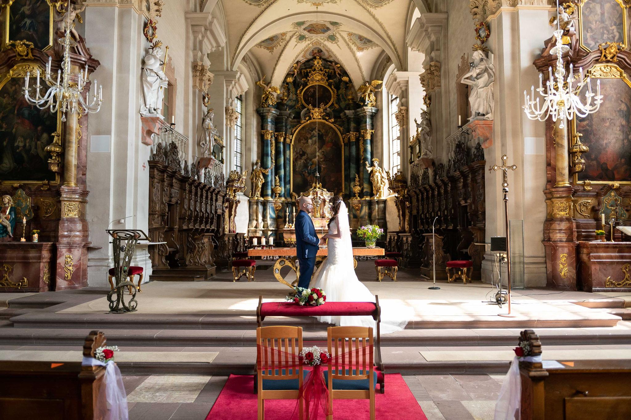 Authentische Aufnahmen Fotos und Videos mit dem Brautpaar in der St. Cyriak und Perpetua Kirche in Freiburg