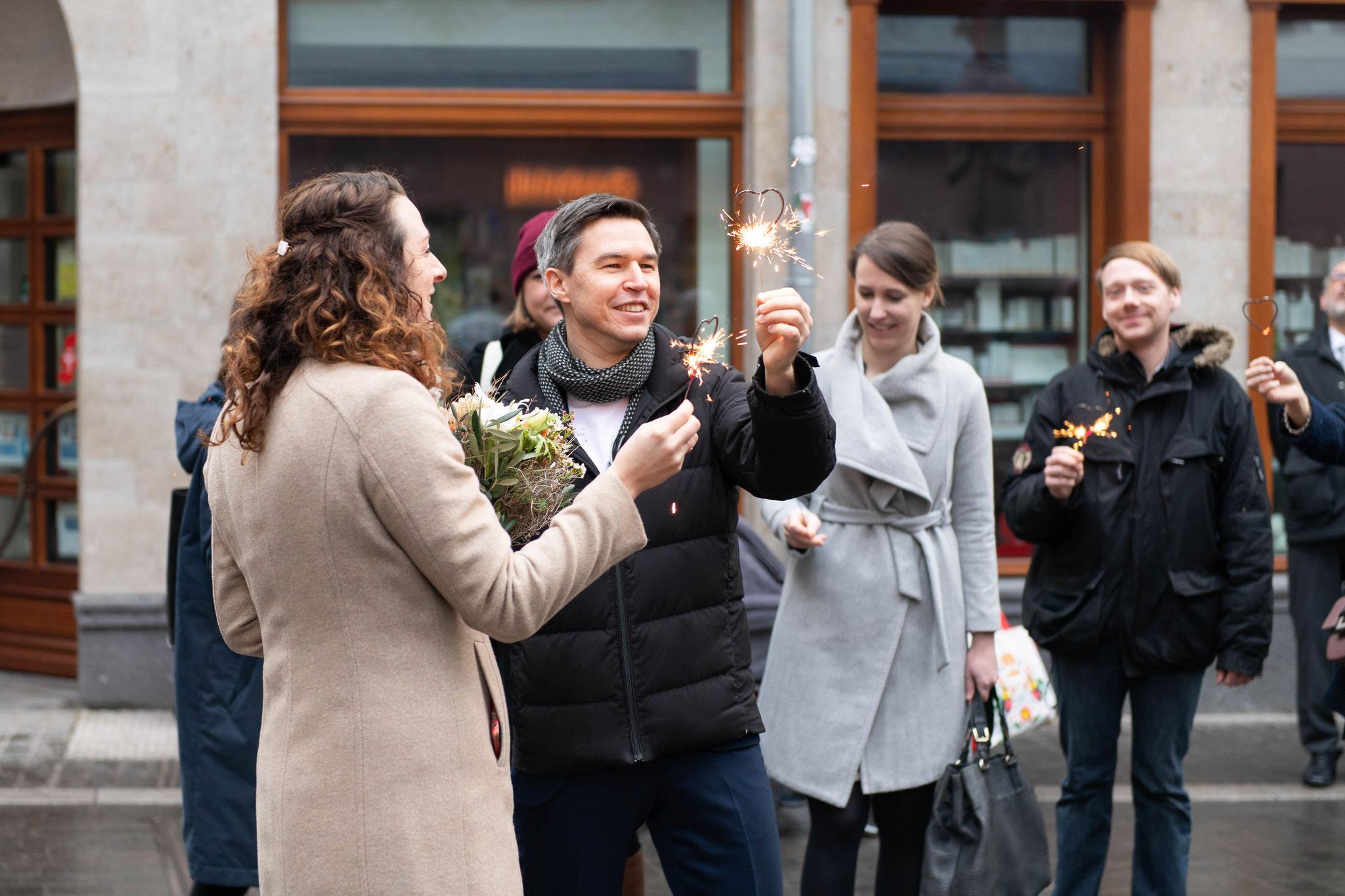 Fotoshooting mit Brautpaar und den Gästen