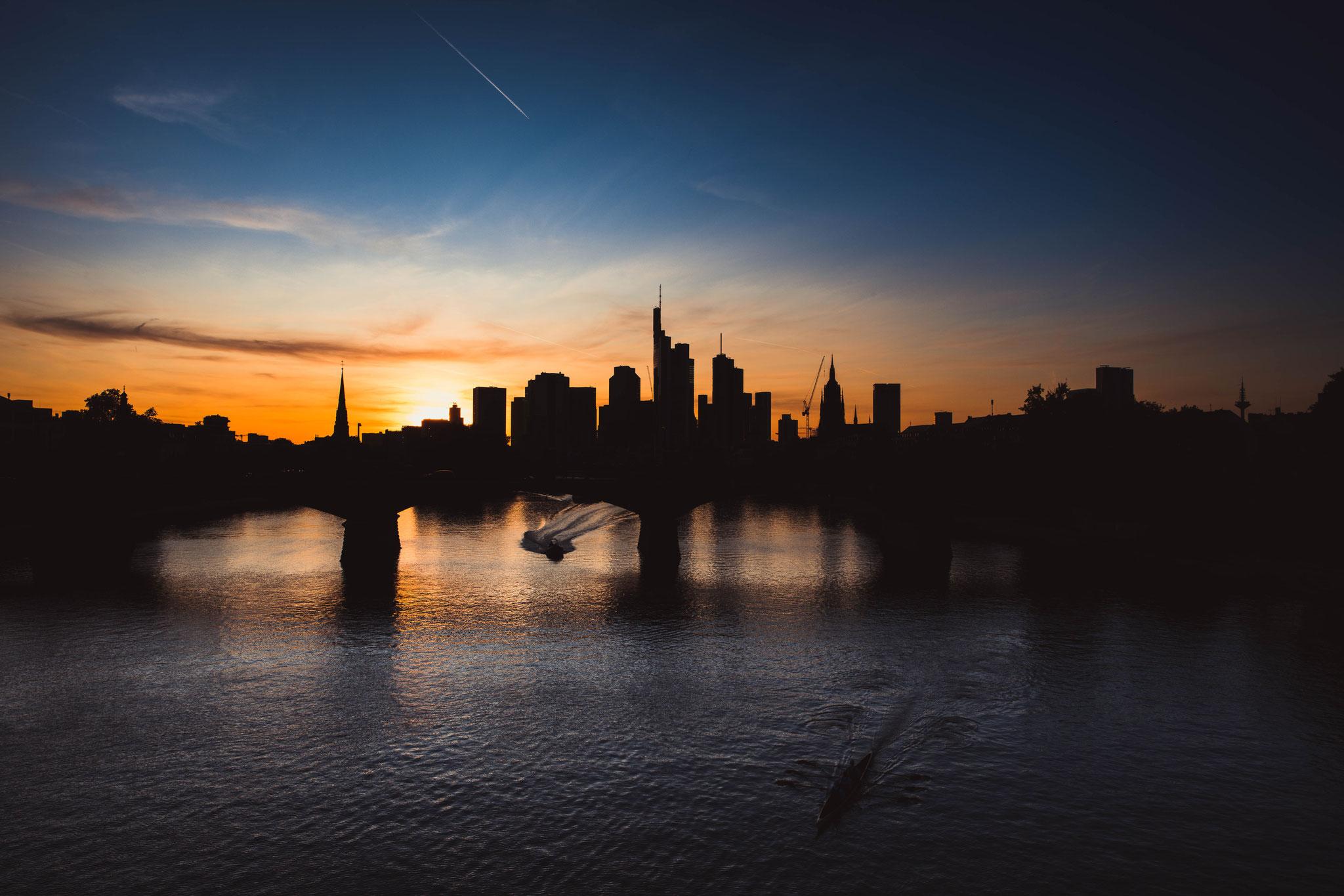 Silhouette von der Finanzmetropole Deutschlands Frankfurt am Main Skyline bei Sonnenuntergang