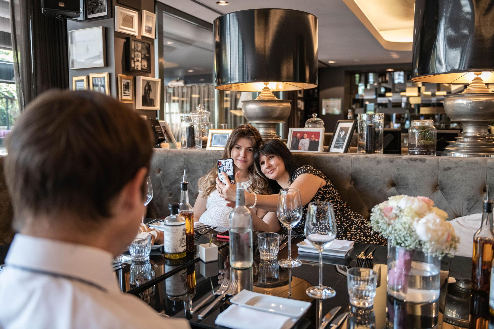 Mutter macht Selfie mit der Braut im Roomers Hotel Frankfurt