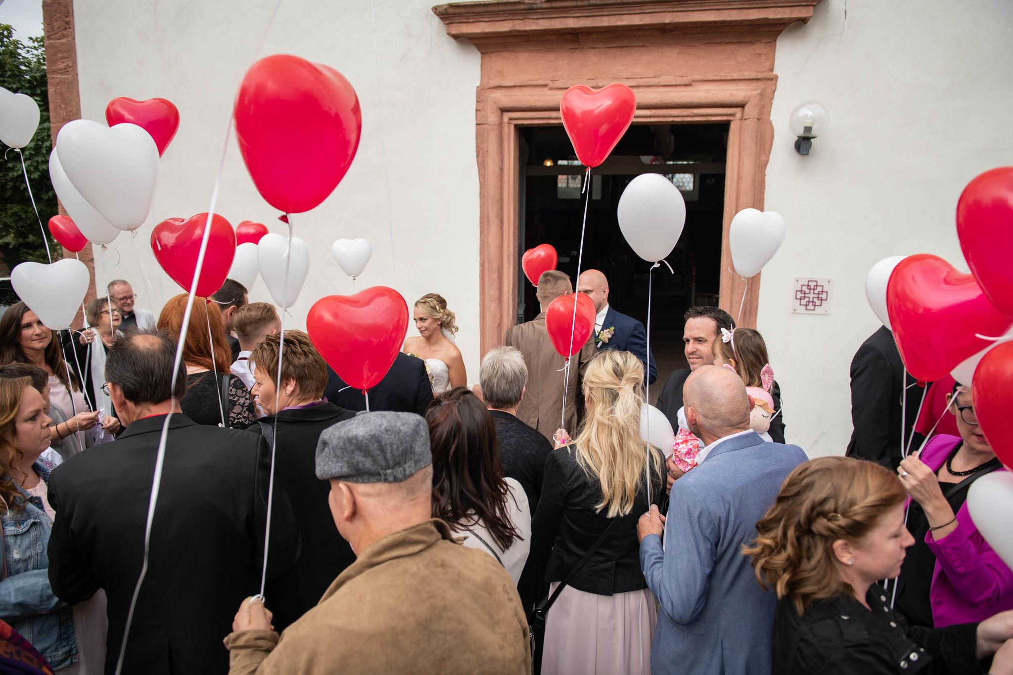 Gäste gratulieren dem Brautpaar zur heirat