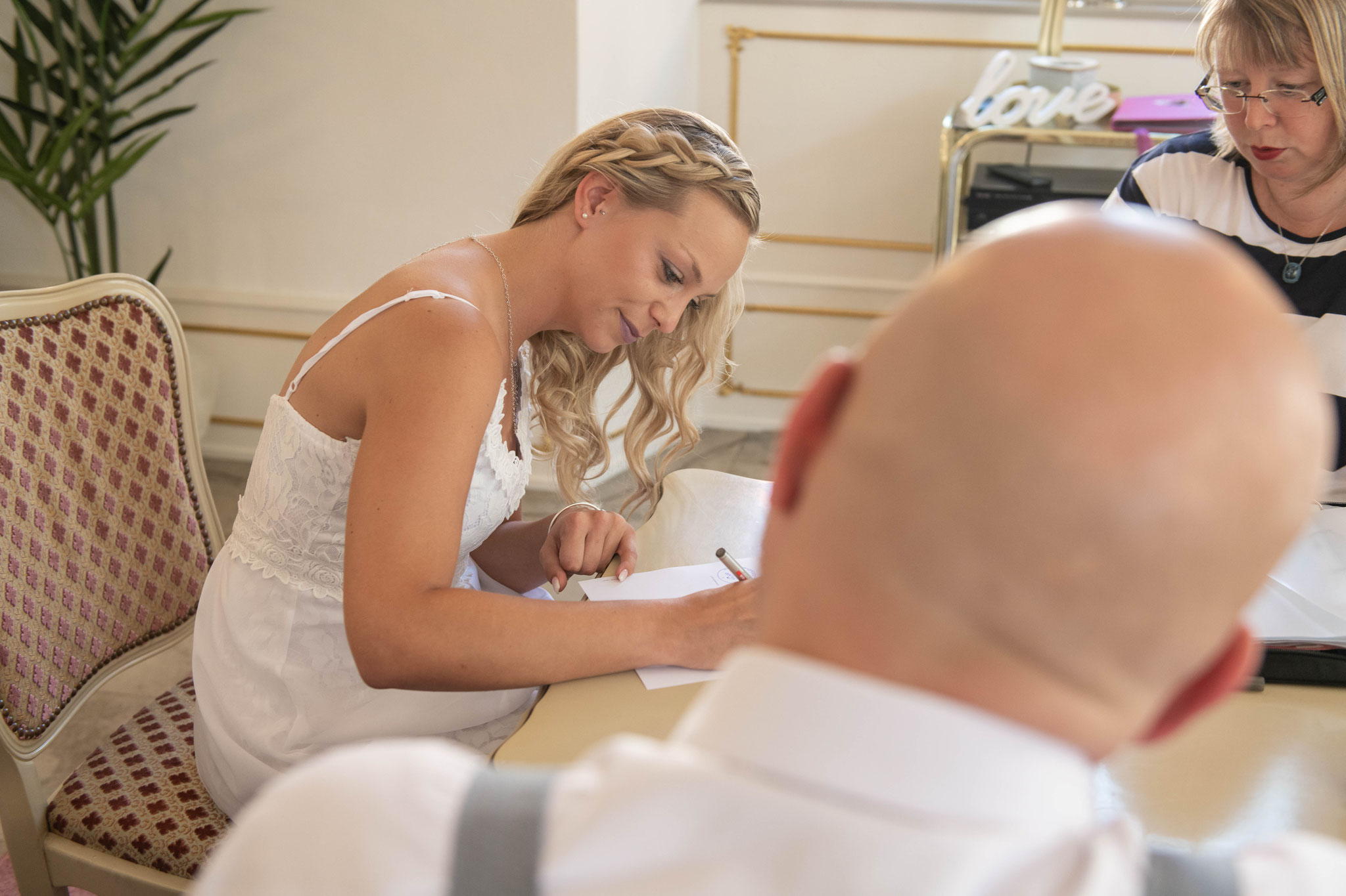 Braut setzt ihre Unterschrift