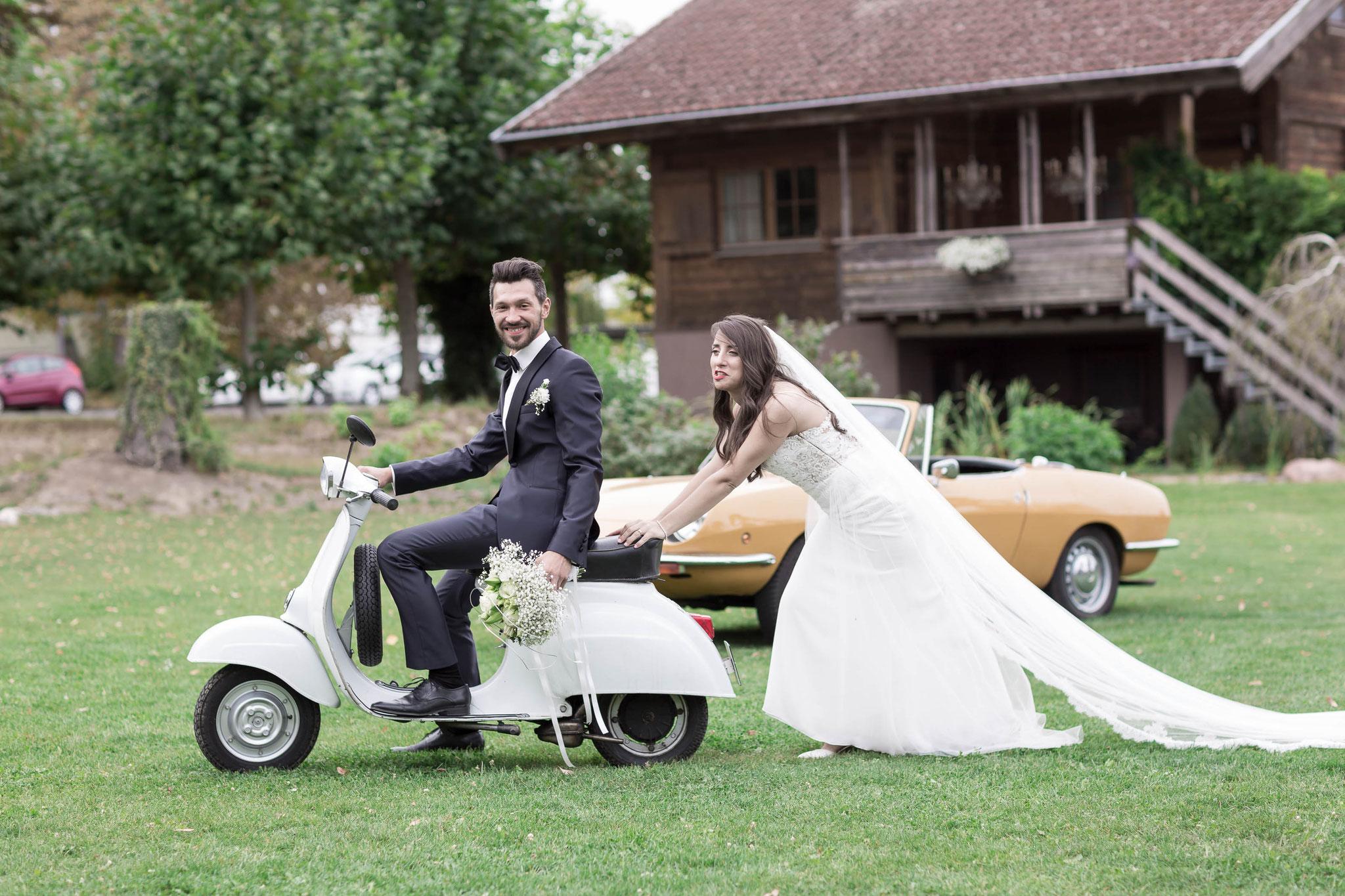 Nachgestellte Szenen während einem Shooting mit der Braut und dem Bräutigam