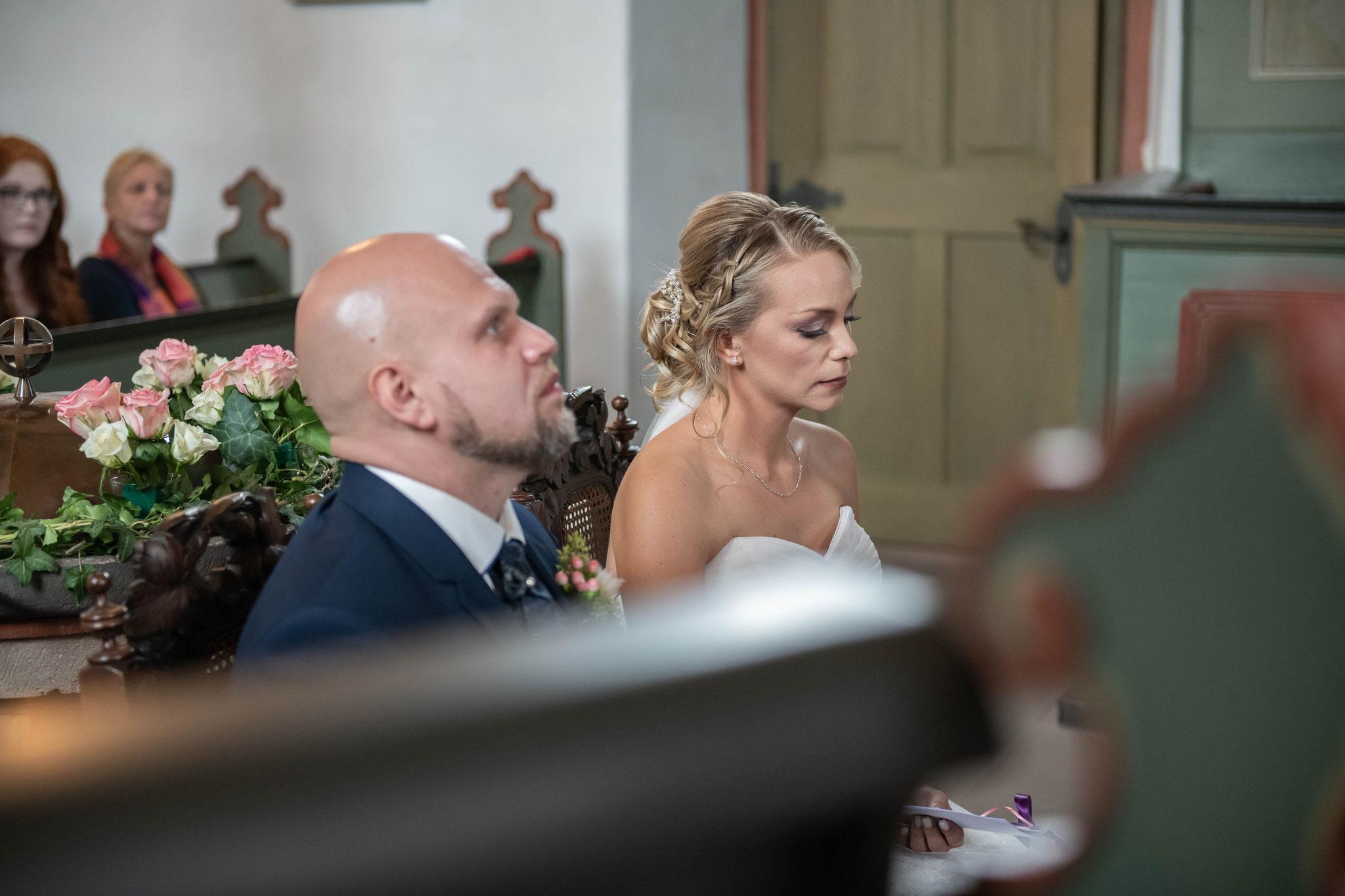 Braut und Bräutigam während der kirchlichen Zeremonie