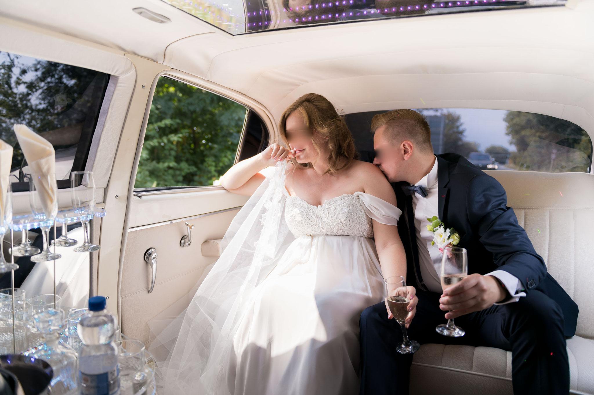 Wie fotografiere ich Brautpaare - Bräutigam küsst die Braut auf die Schulter
