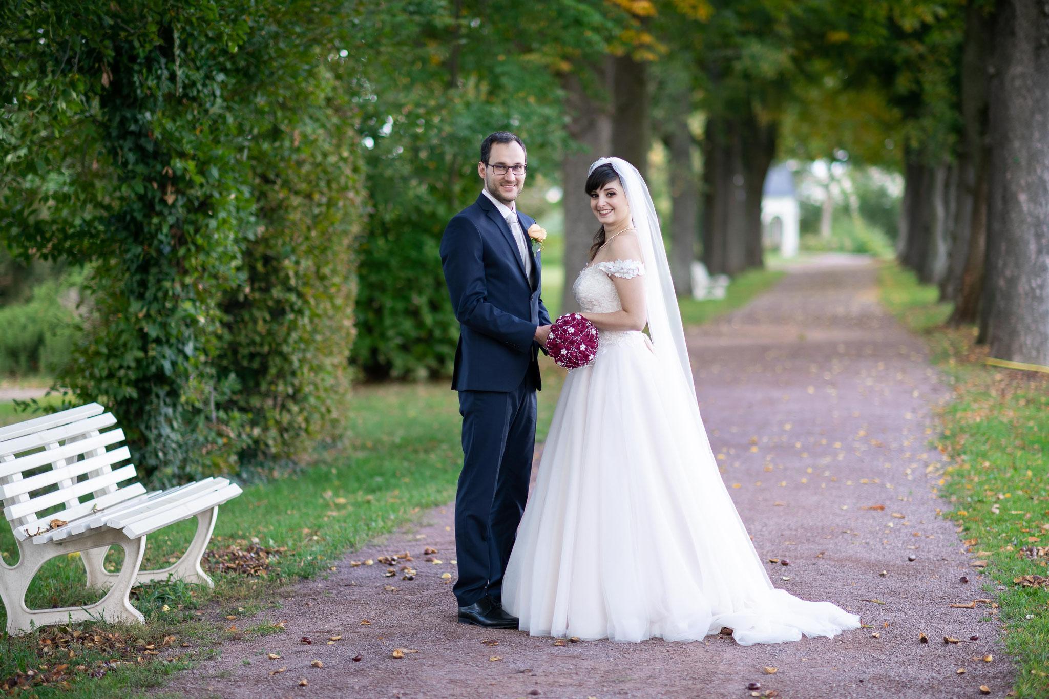 Brautpaarshooting mit Hochzeitsfotograf und Videograf im Garten von Schloss Braunshardt in Weiterstadt