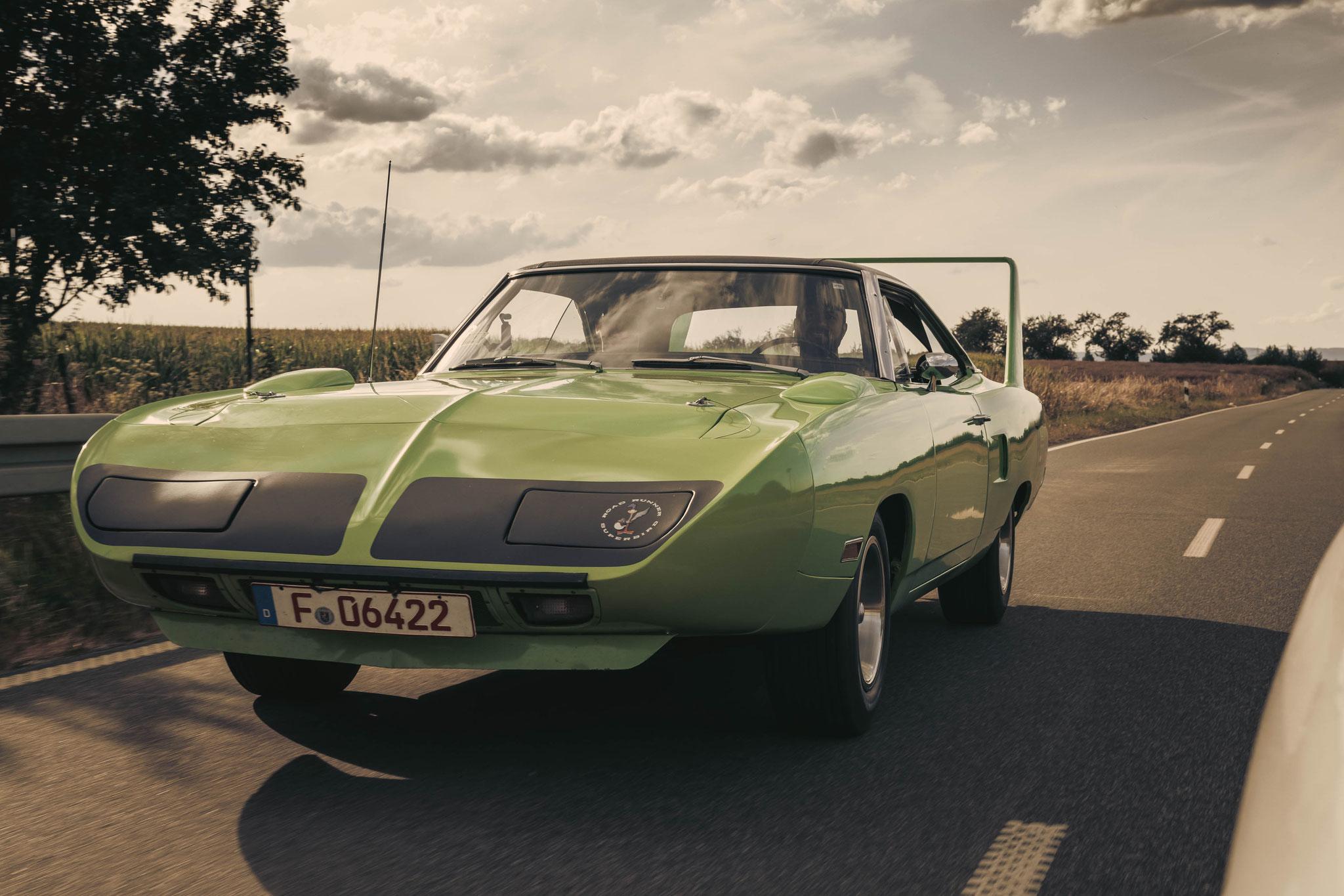 Plymouth Superbird bei freier Fahrt - American Cars auf Deutschlands Straßen