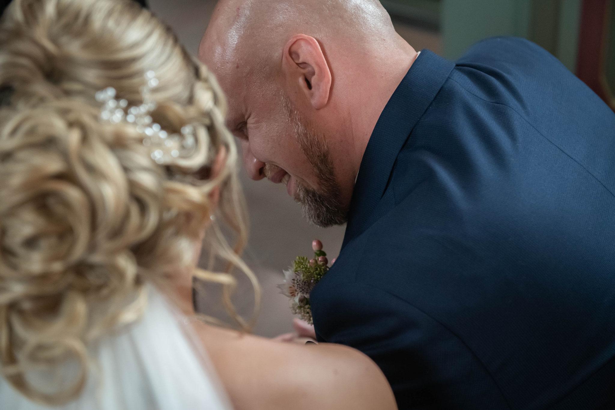 Brautpaar singen zusammen während der kirchlichen Trauung
