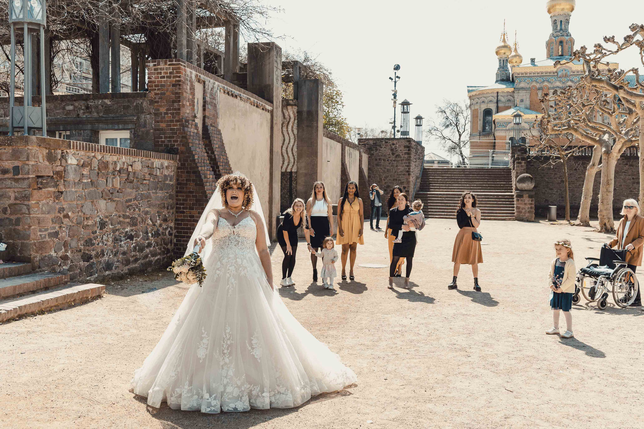 Die Braut wirft den Brautstrauß zu