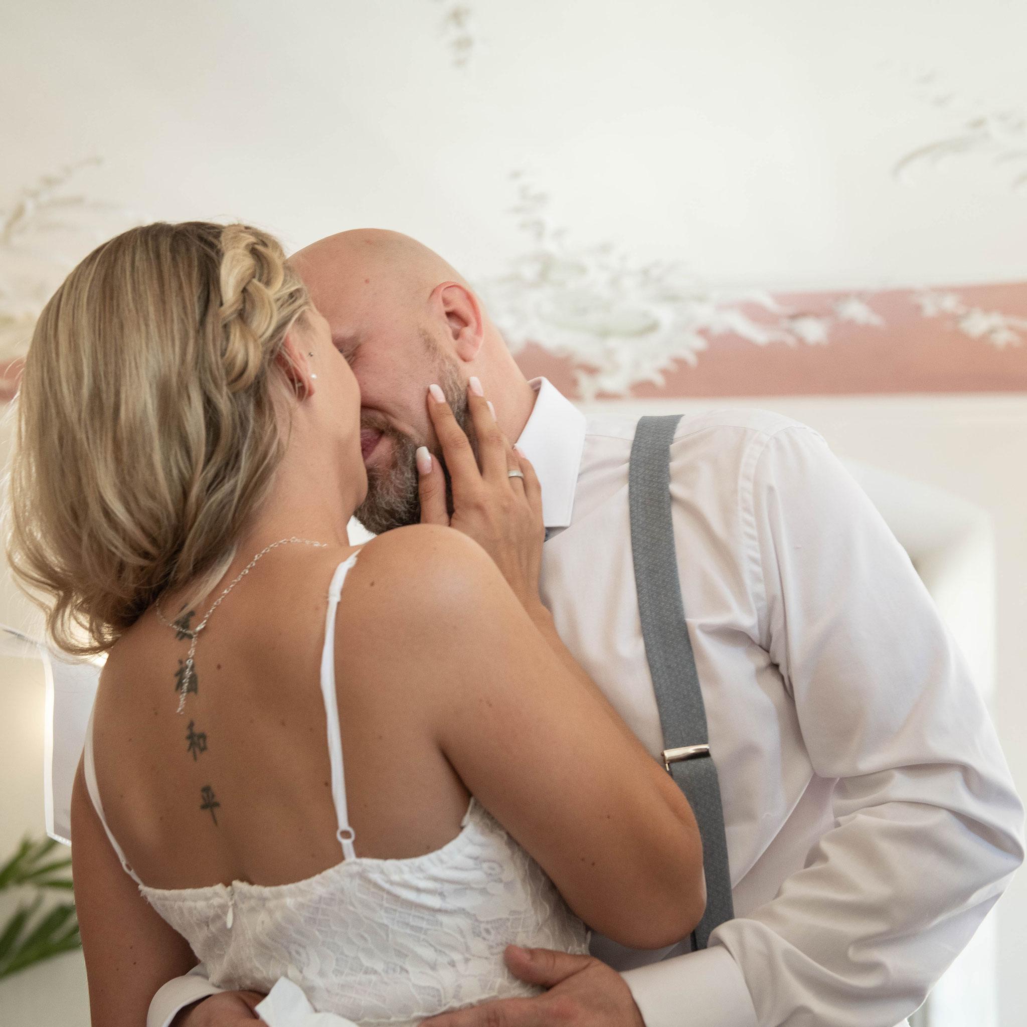 Ehemann und Ehefrau küssen sich