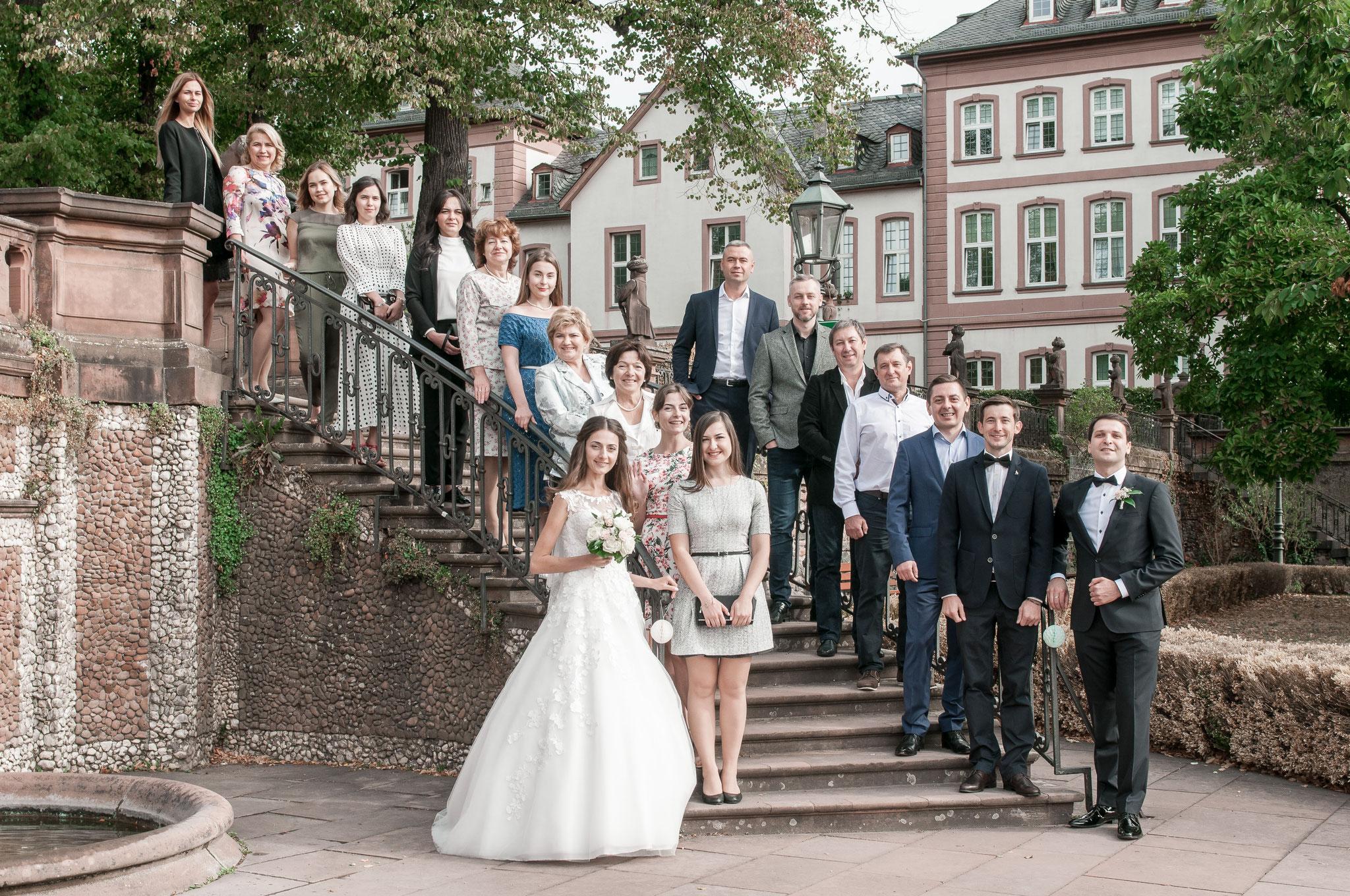Gruppenaufnahmen vor dem Standesamt in Frankfurt Höchst