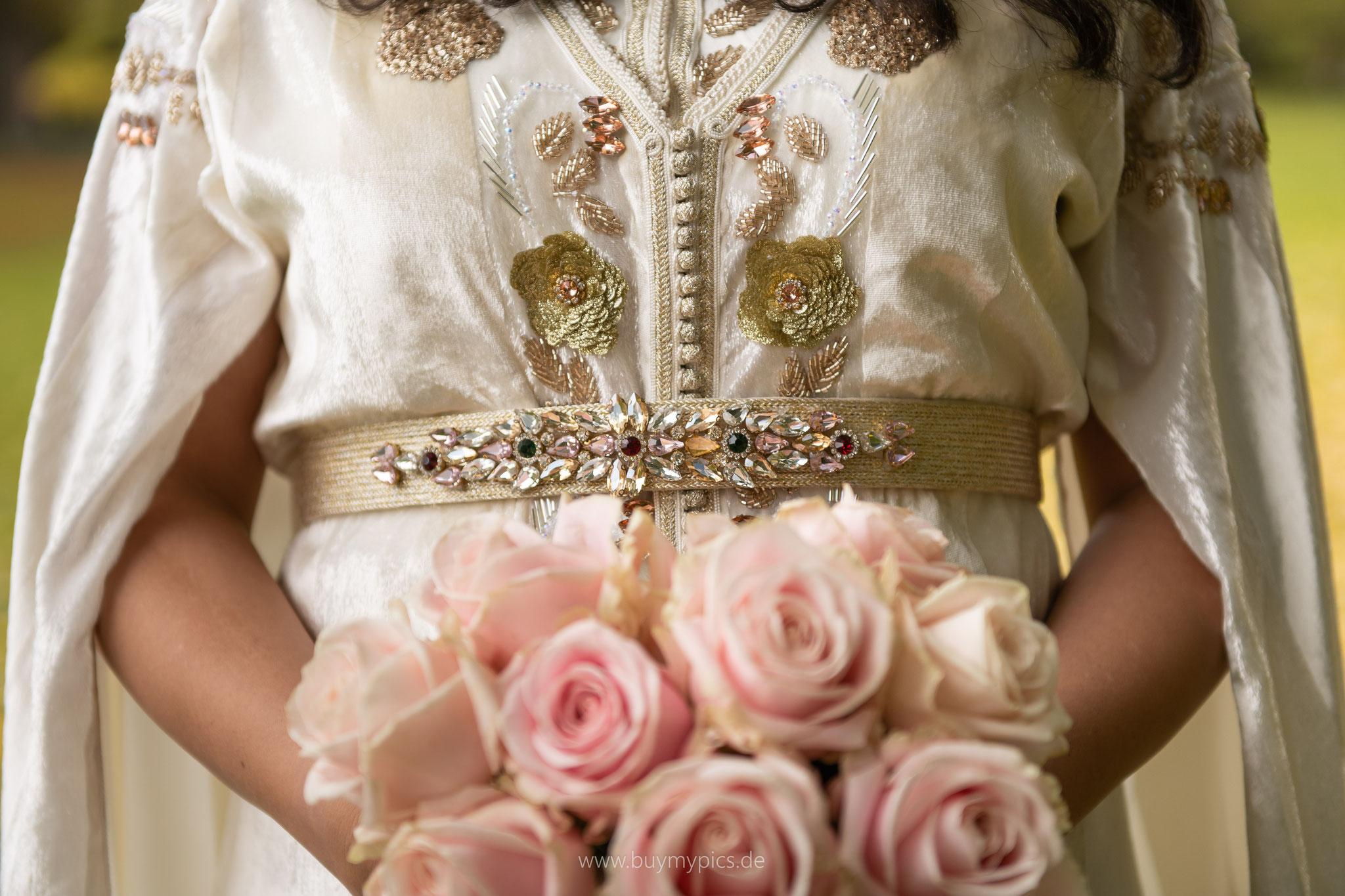 Braut im marokkanischem Hochzeitskleid mit dem Brautstrauß