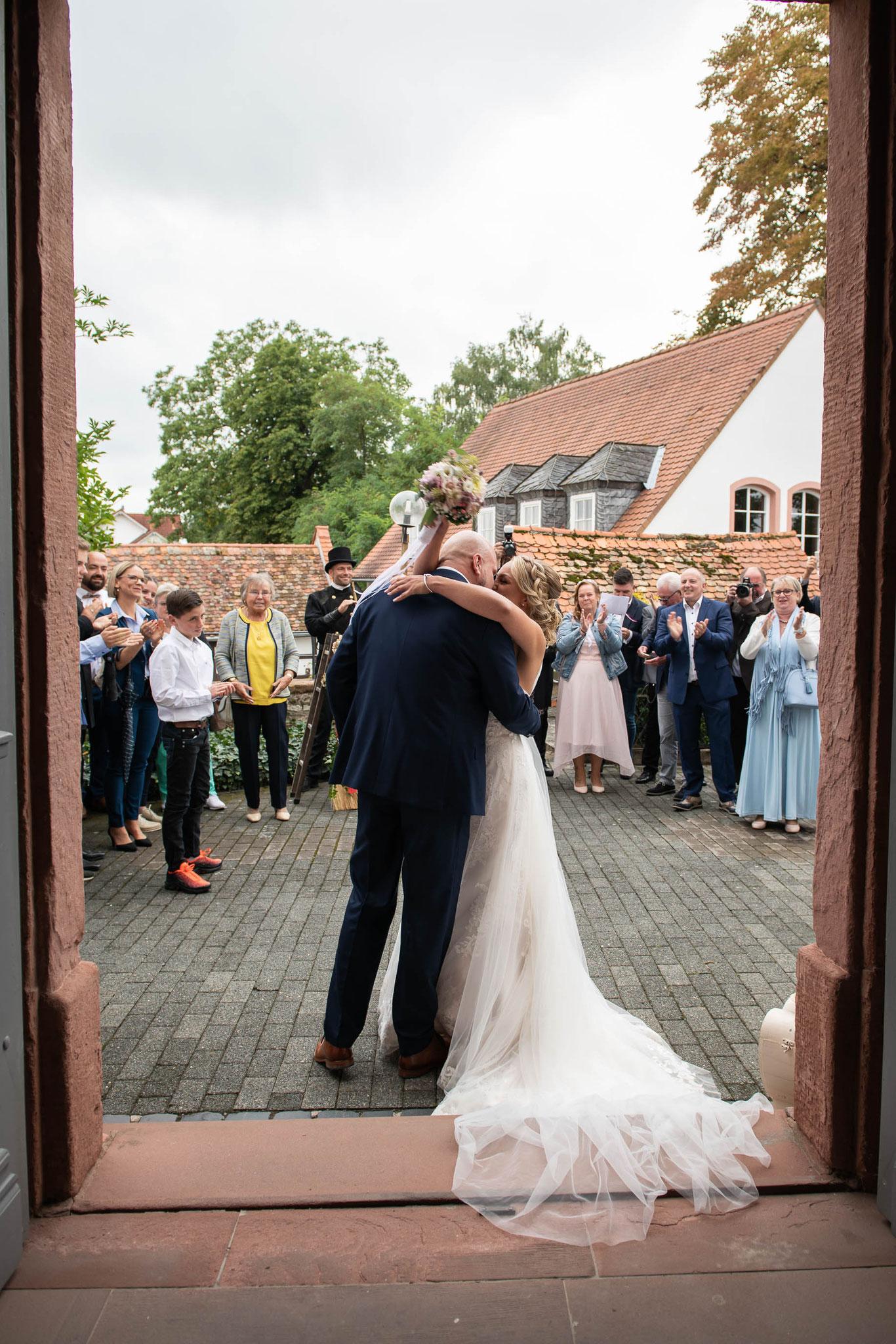 Brautpaar nach der kirchlichen Trauung vor den Gästen