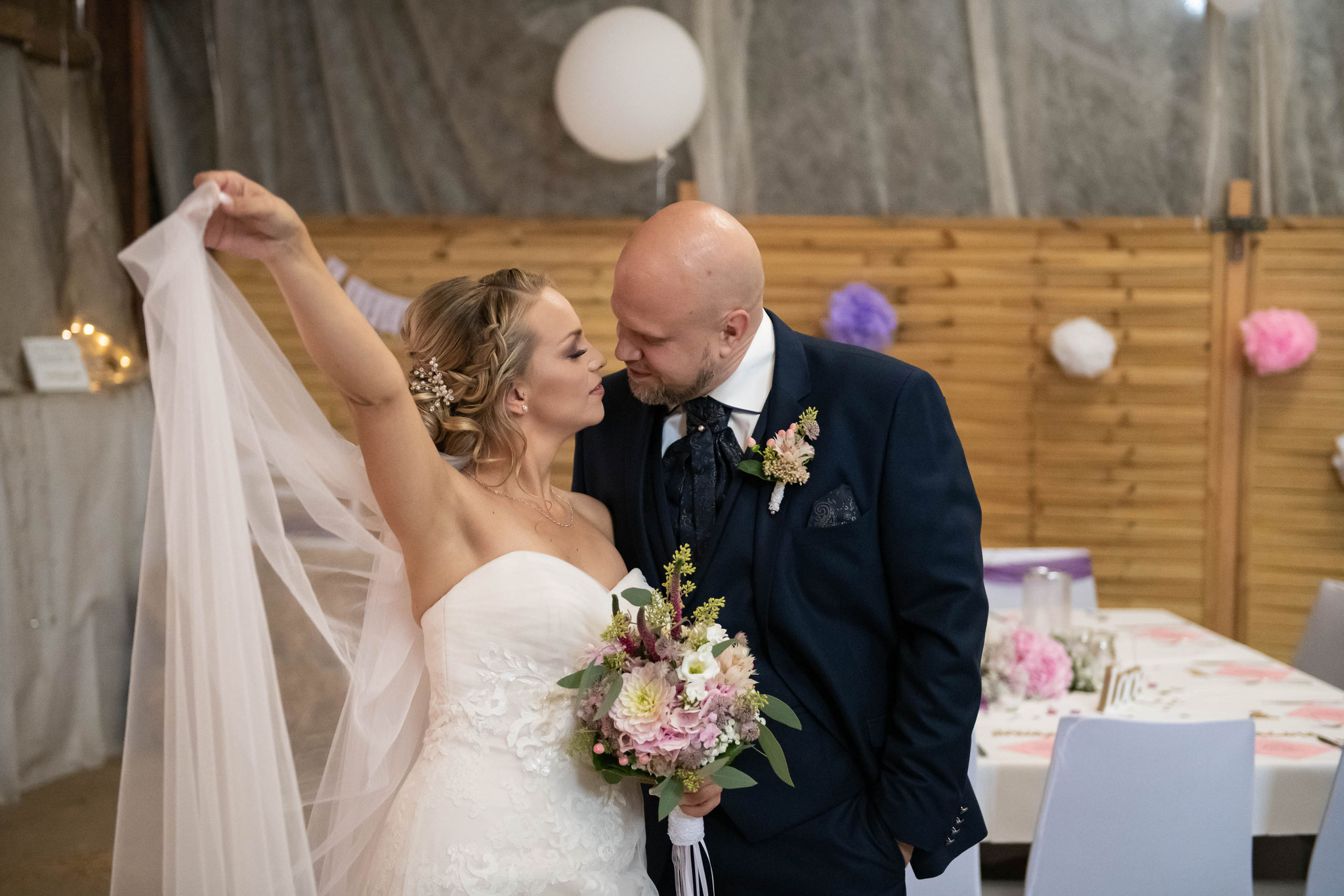 Liebevolles Brautpaar Shooting