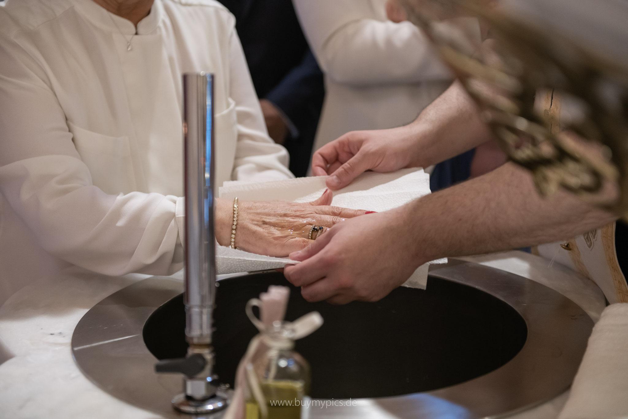 Olivenöl wird vorsichtig von den Händen abgewaschen