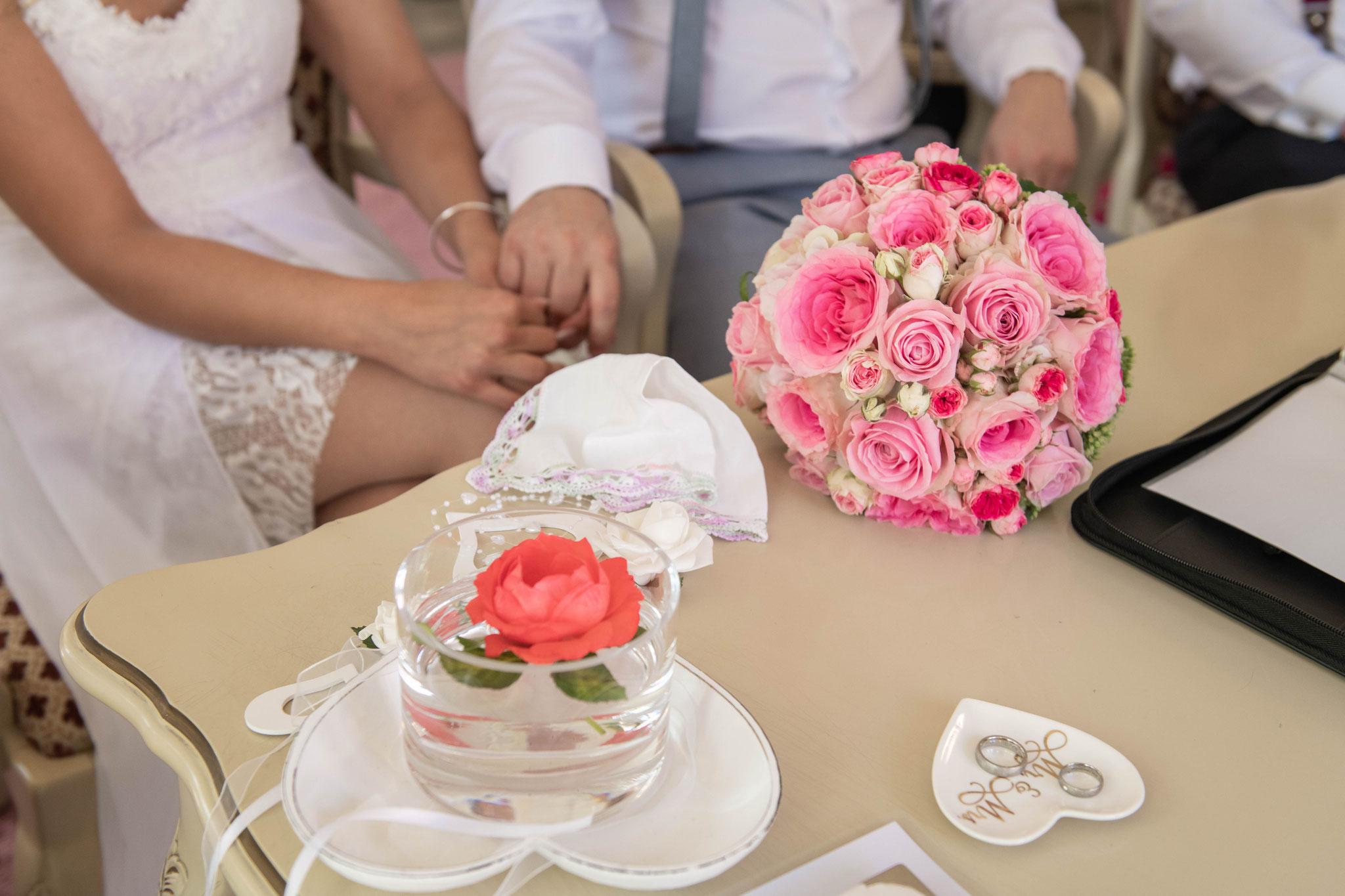 Trauringe und Hochzeitsstrauß