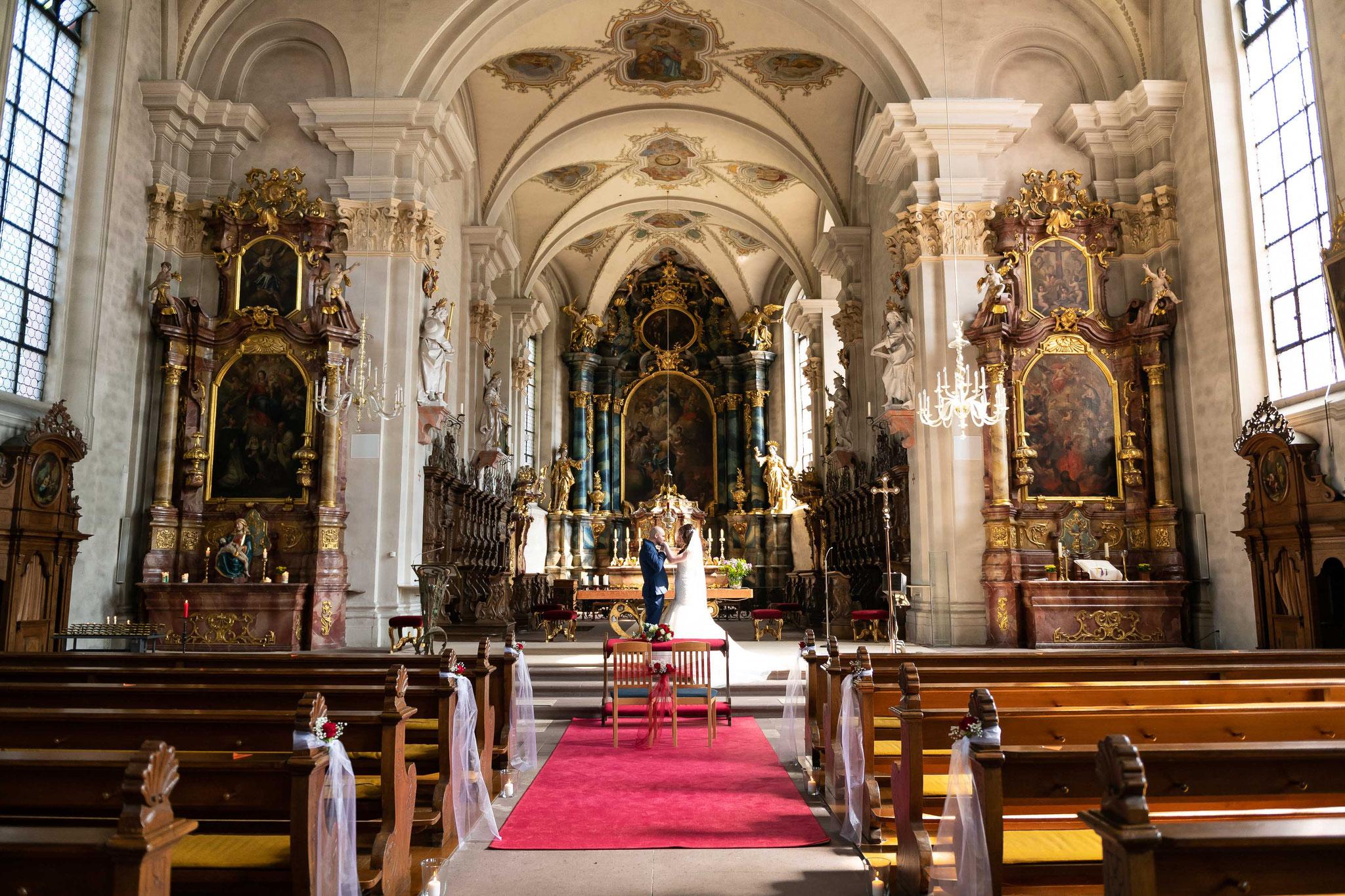 Brautpaarfotos in der St. Cyriak und Perpetua Kirche in Freiburg