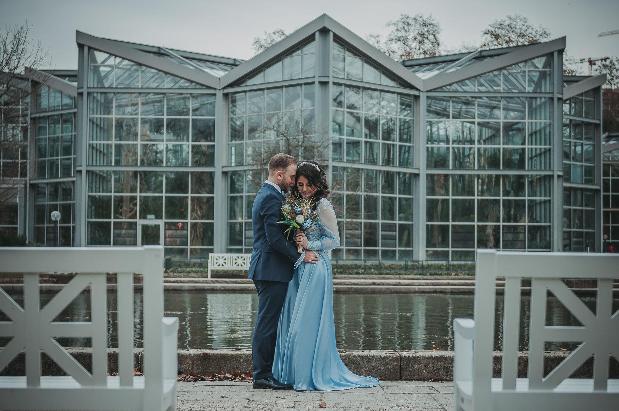 Klassische Aufnahmen ihrer Verlobung im Frankfurter Palmengarten