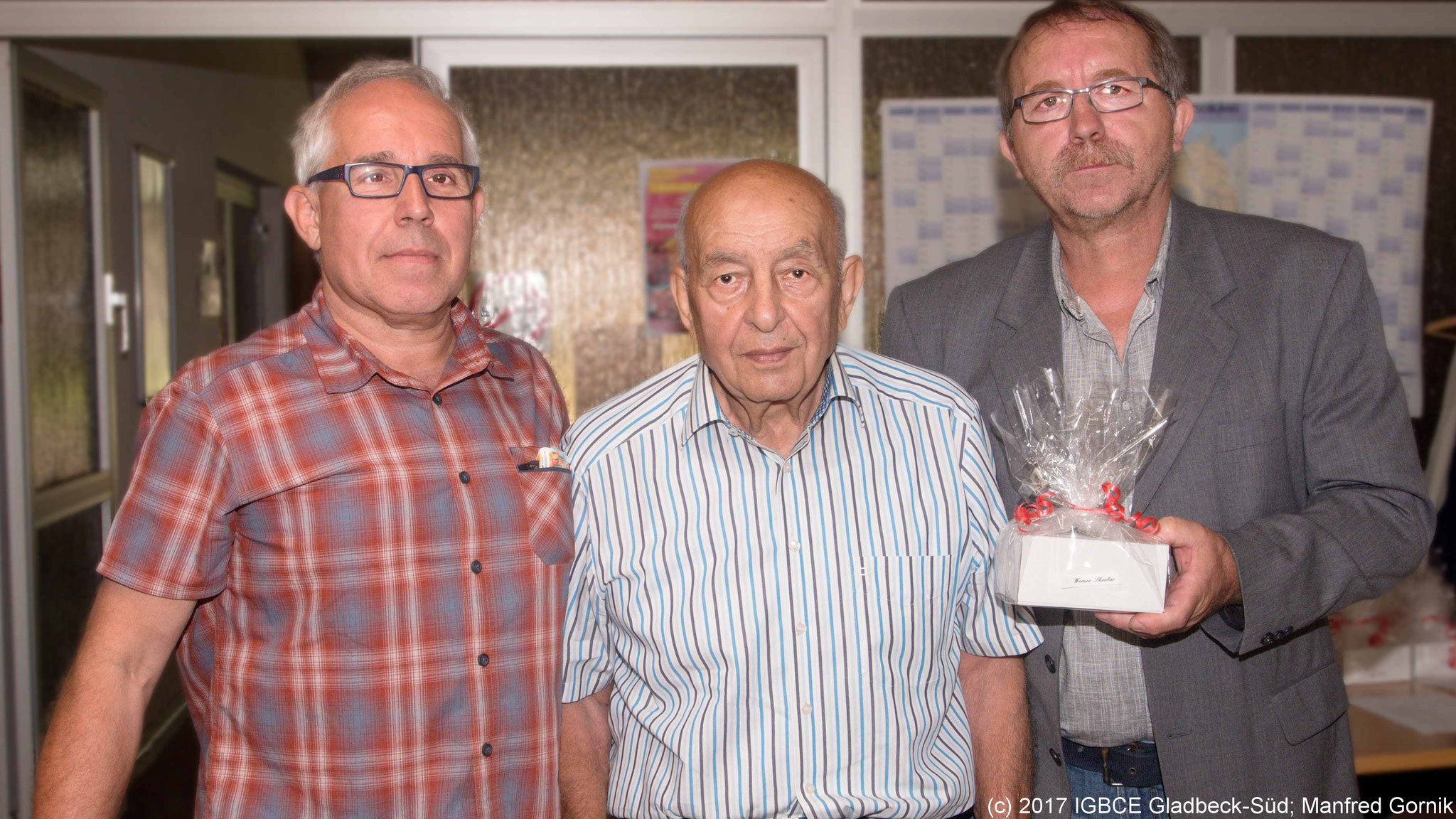 Von links : Wolfgang Sobottka; Werner Skrabar ( 75 Jahre), Joachim Praetsch (1 Vorsitzender Ortsgruppe Gladbeck-Süd)